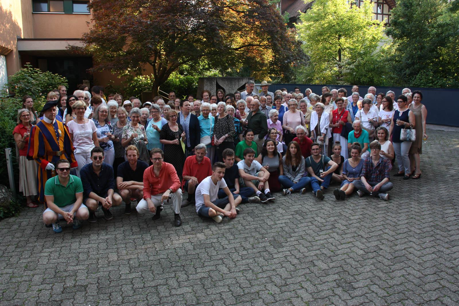 Gruppenfoto des Helferfestes mit Schweizer Gardist.