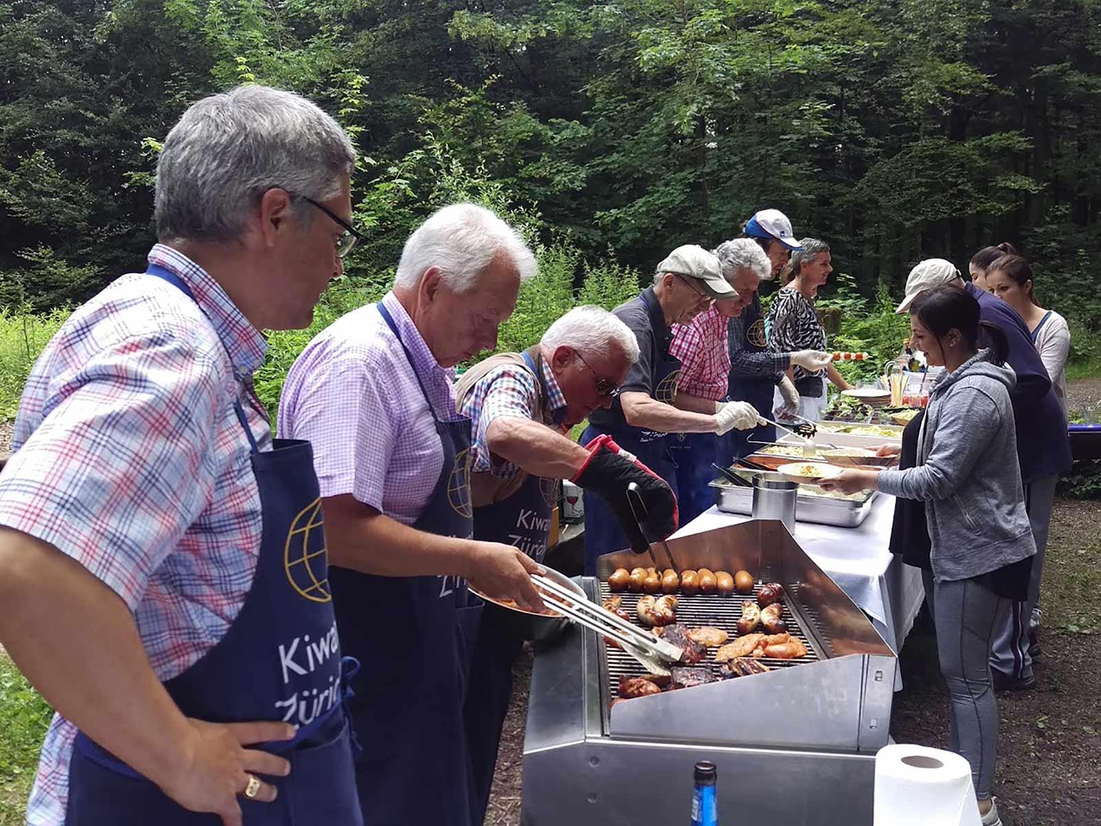Die Kiwaner standen am Grill und sorgten für das kulinarische Wohl.