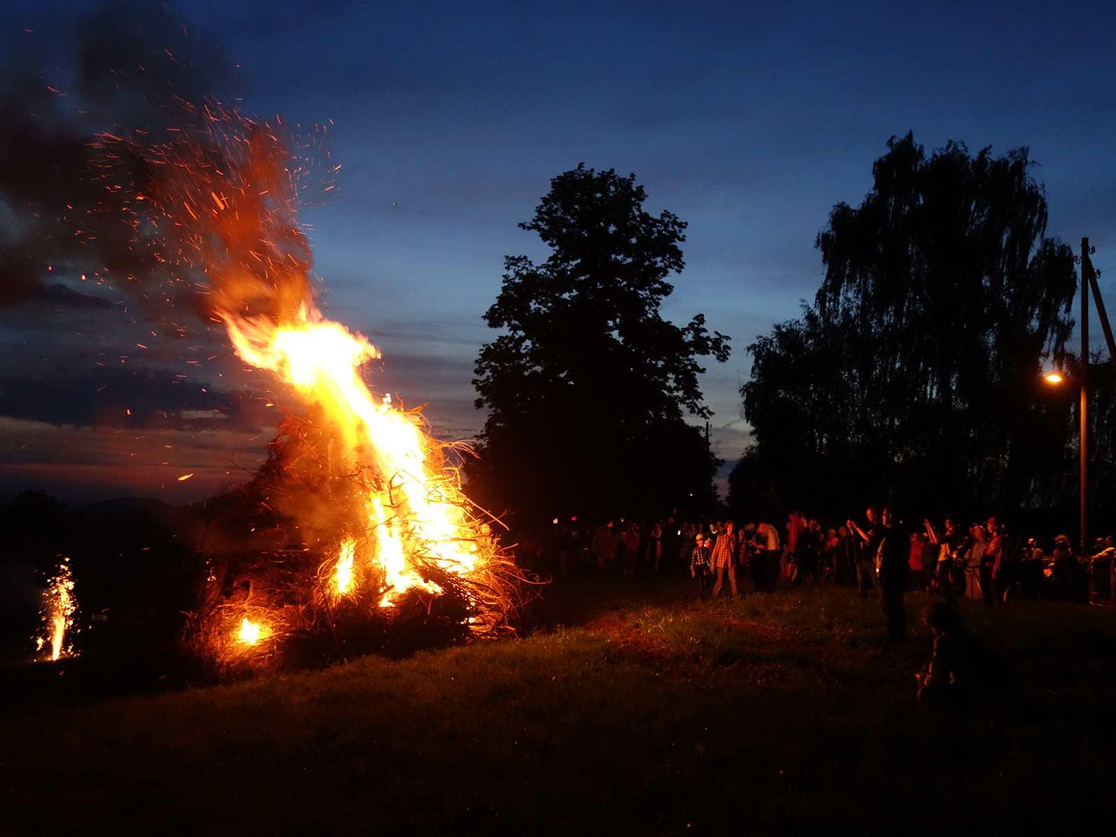 Der Faszination des Höhenfeuers am 1. August in Höngg kann sich niemand entziehen.