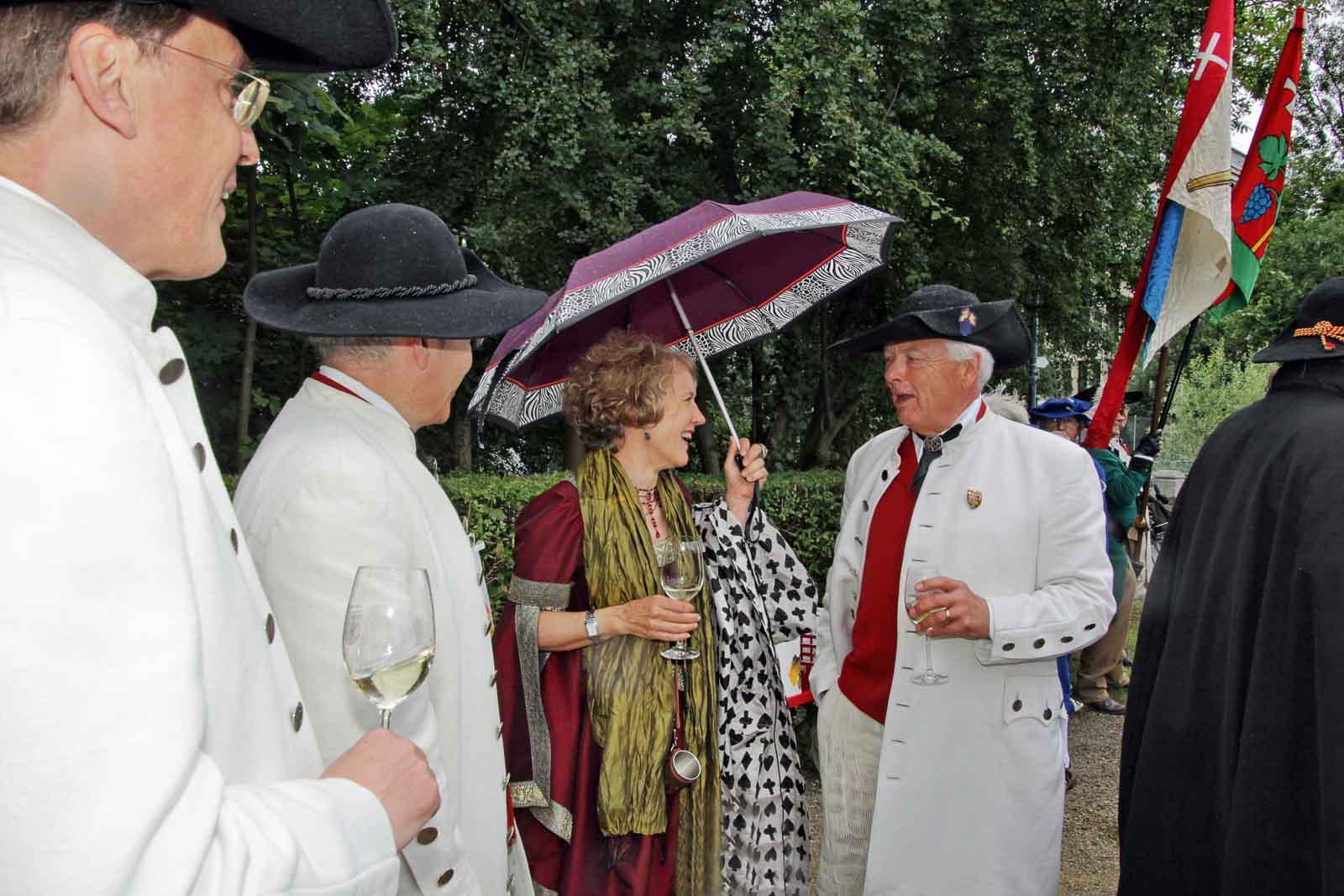 Stadträtin Corine Mauch mit Zunftmeister Daniel Fontolliet beim Umtrunk.