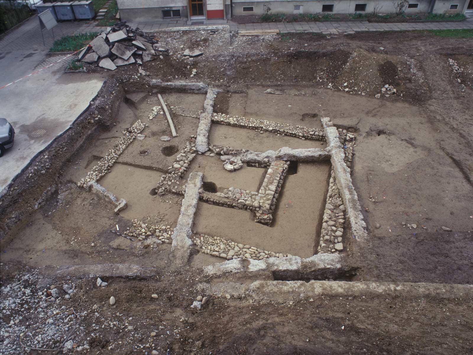 Ein römischer Tempel unter modernen Garagenfundamenten in Dietikon (Fischerweg 2 bis 6)