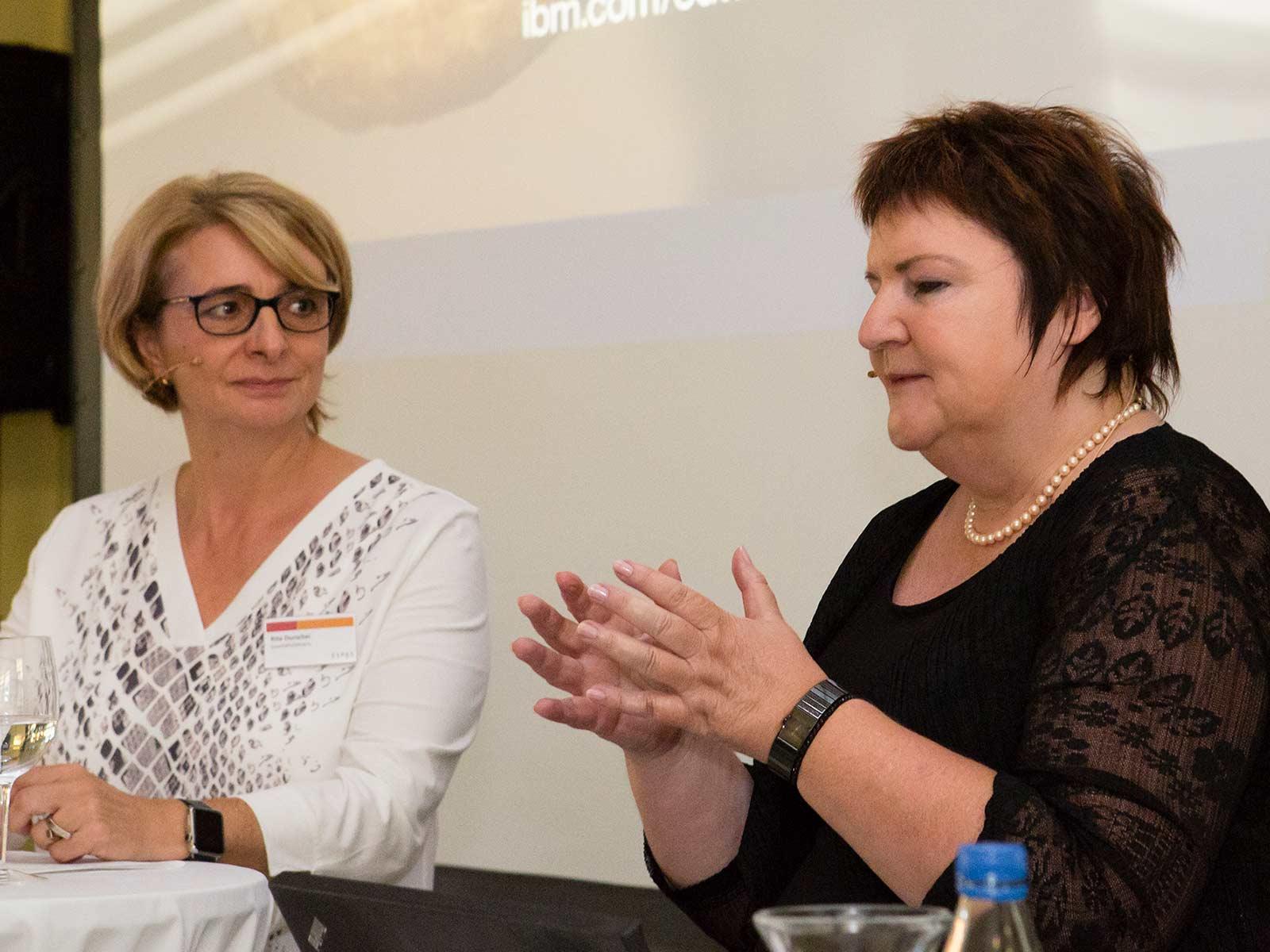 Geschäftsführerin Rita Durschei (links) und Dr. Karin Vey hatten nach dem Vortrag reichlich Gesprächsstoff.