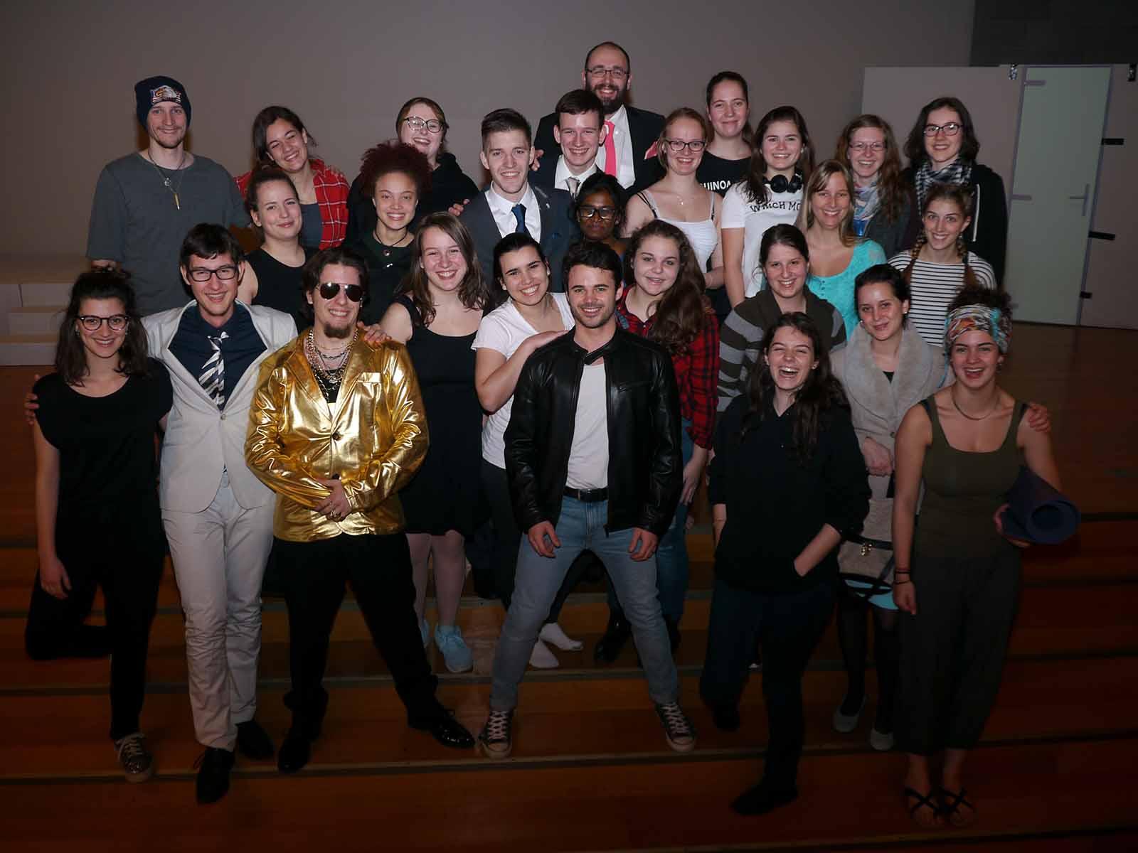 Das Ensemble des Musicalprojekts Zürich 10, zum Teil bereits in ersten Kostümen und bereit für die Jubiläumsproben.