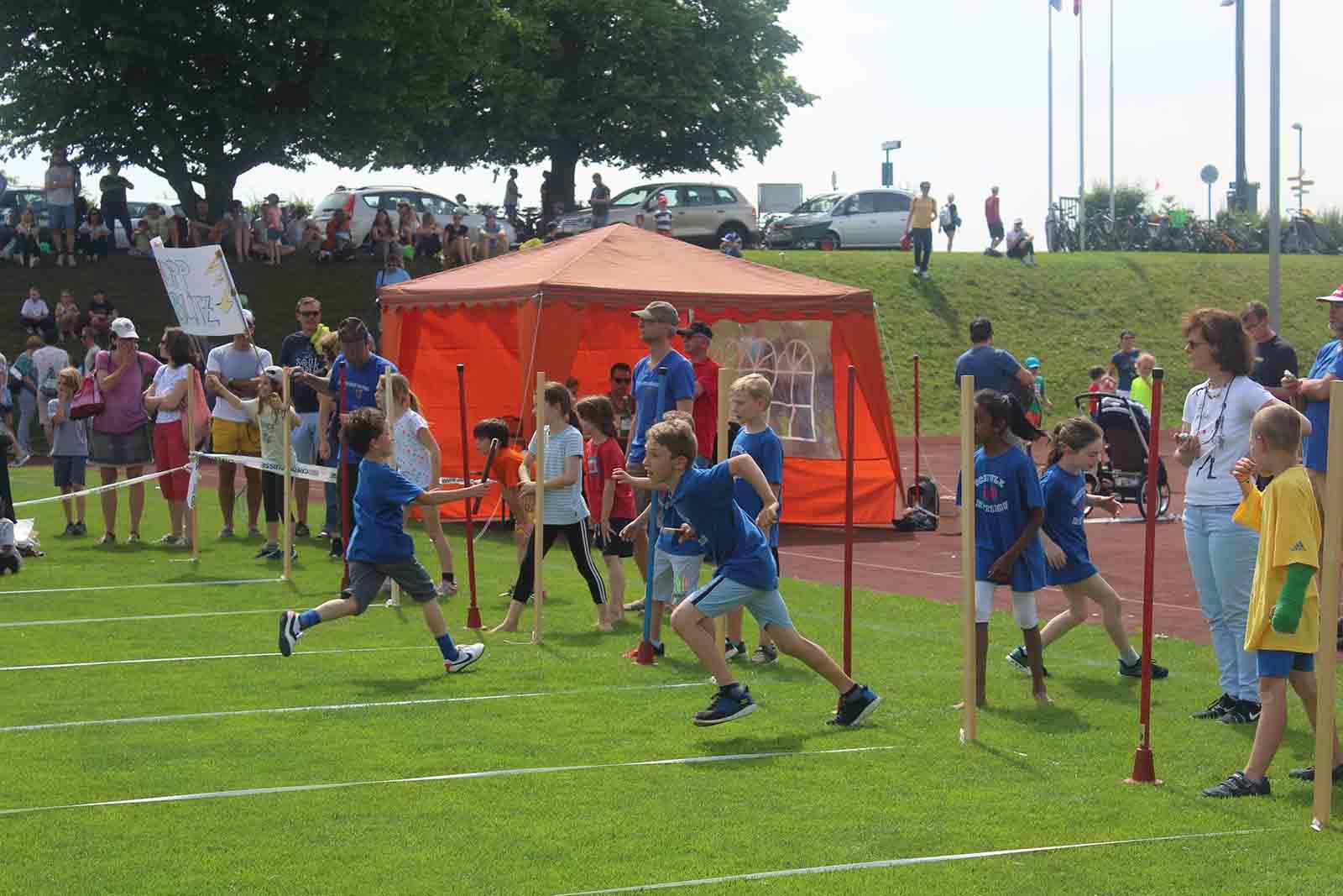 Die Läuferinnen und Läufer der Stafetten beweisen vollen Einsatz und Teamgeist.