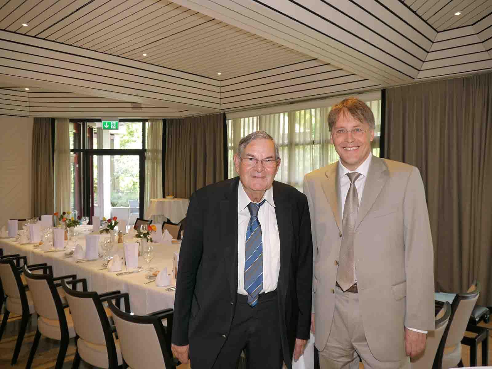 Paul Zweifel trat nach 56 Jahren aus dem Stiftungsrat der Schmid-Wörner-Stiftung Höngg zurück und übergab das Präsidium an Bruno Dohner (rechts).