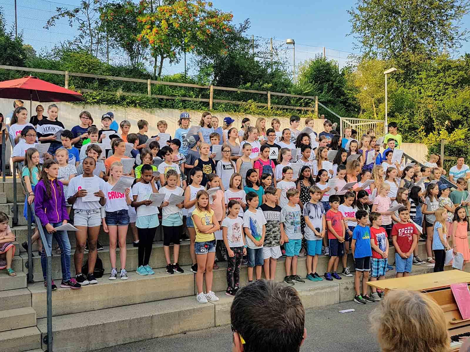 Das Mittelstufen-Chorkonzert unter der Leitung von Claudia Widmer fand aufmerksame Zuhörer*innen.