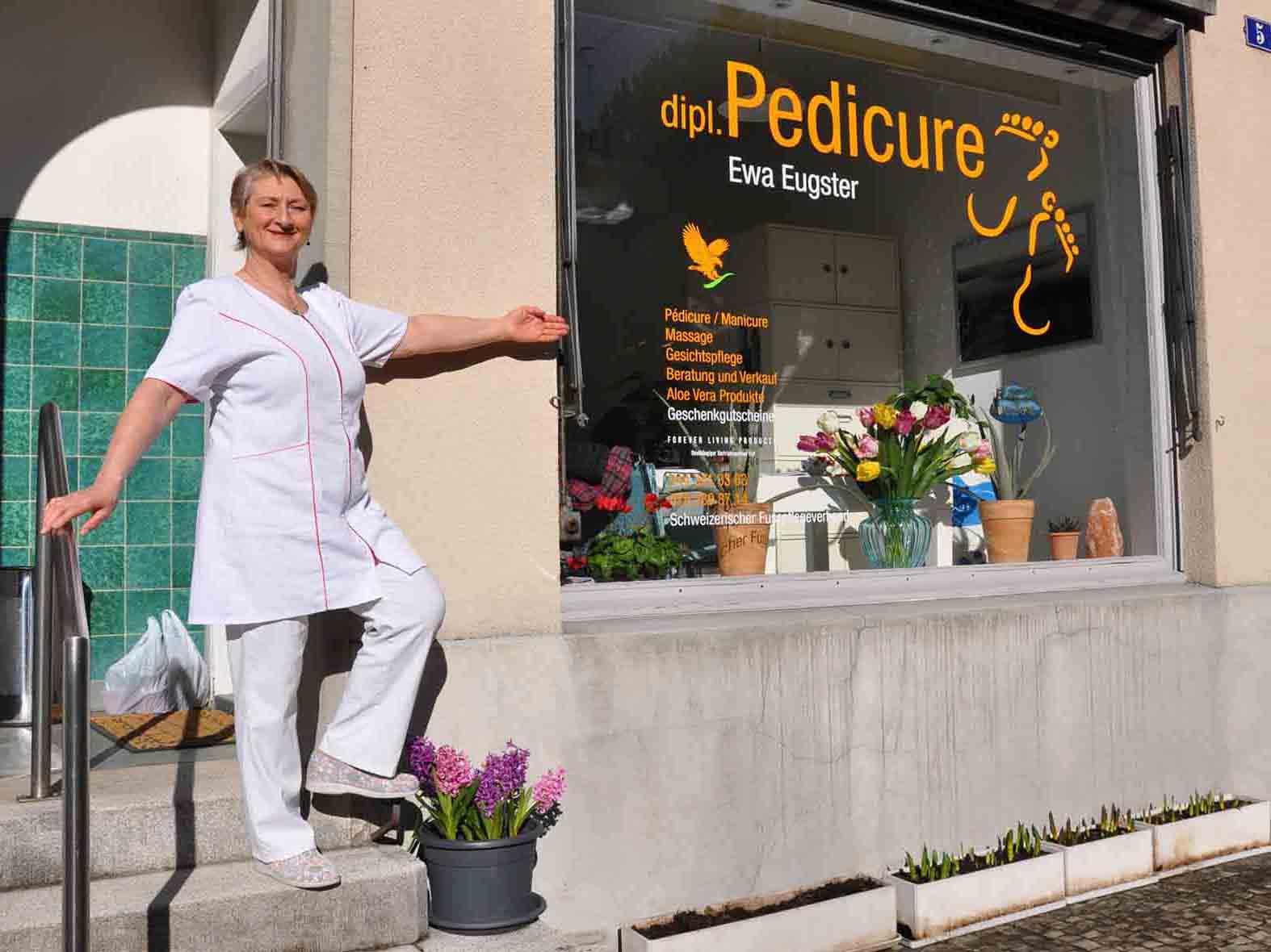Ewa Eugster vor ihrem Pedicure-Studio an der Wieslergasse 5.