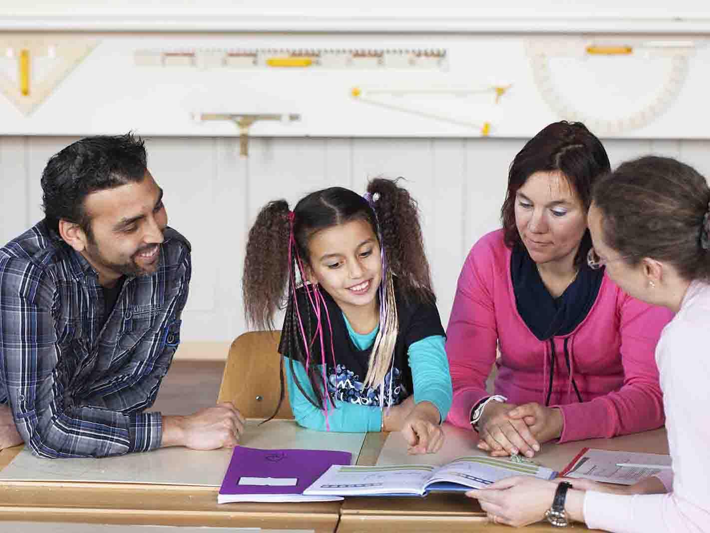Die Copilotinnen und Copiloten der Caritas stehen Eltern bei Fragen rund um die Schule beratend zur Seite.