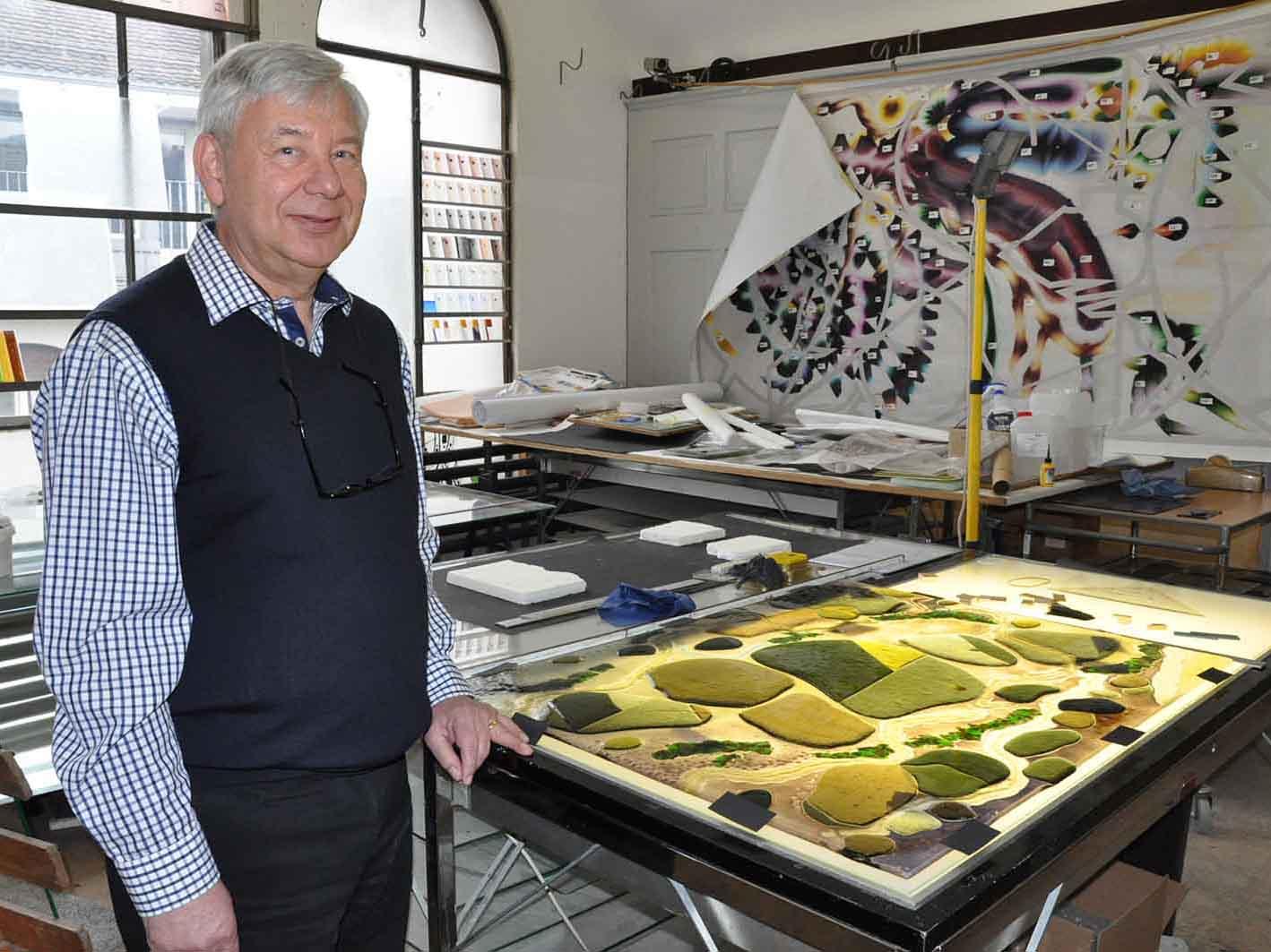 """Peter Muggler vor dem Werk """"Bodensee"""" der Künstlerin Stephanie Giger-Reich."""