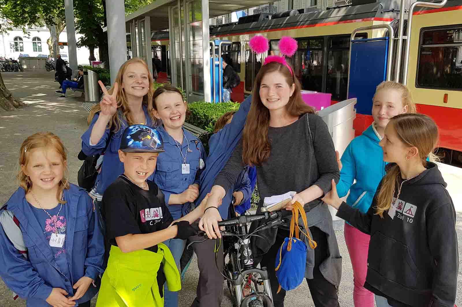 Diese Cevi Gruppe musste am Bahnhof Stadelhofen eine Person mit einem bestimmten Merkmal finden.