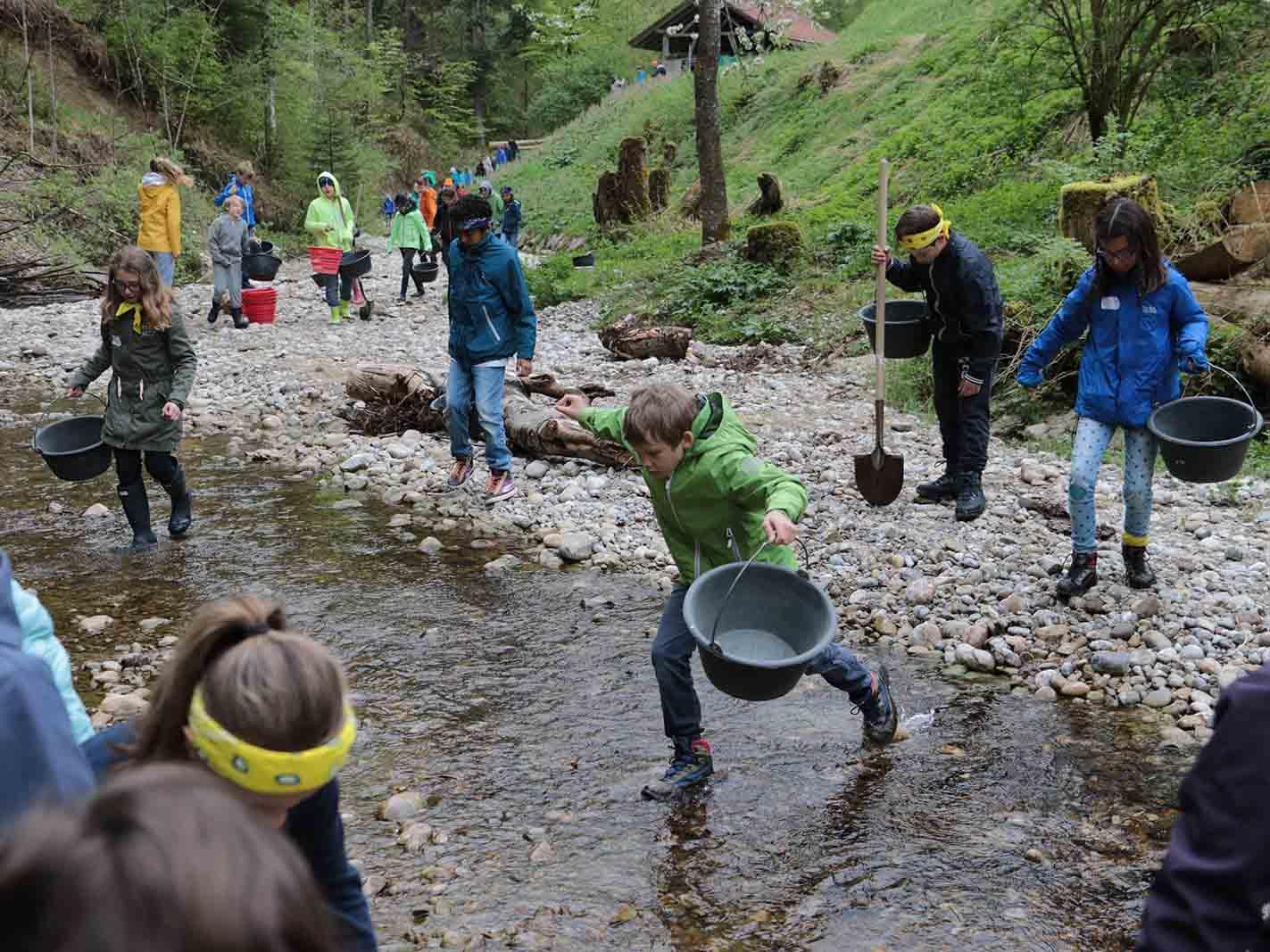 Wie in alten Zeiten schürften die Kinder an der Töss nach Gold und fanden auch einige kleine Stückchen.