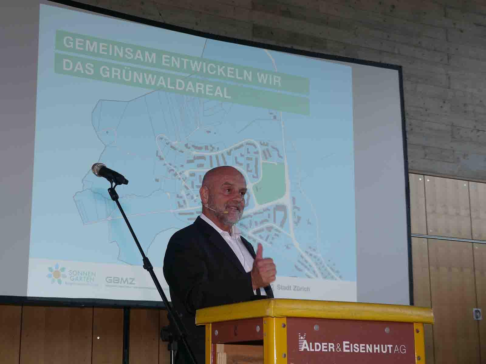 Stadtrat André Odermatt begrüsst zum Ergebnisworkshop «Mitwirkung Grünwaldareal». Ob das «Rednerpult» aus Sprungkästen wohl ein Omen ist?