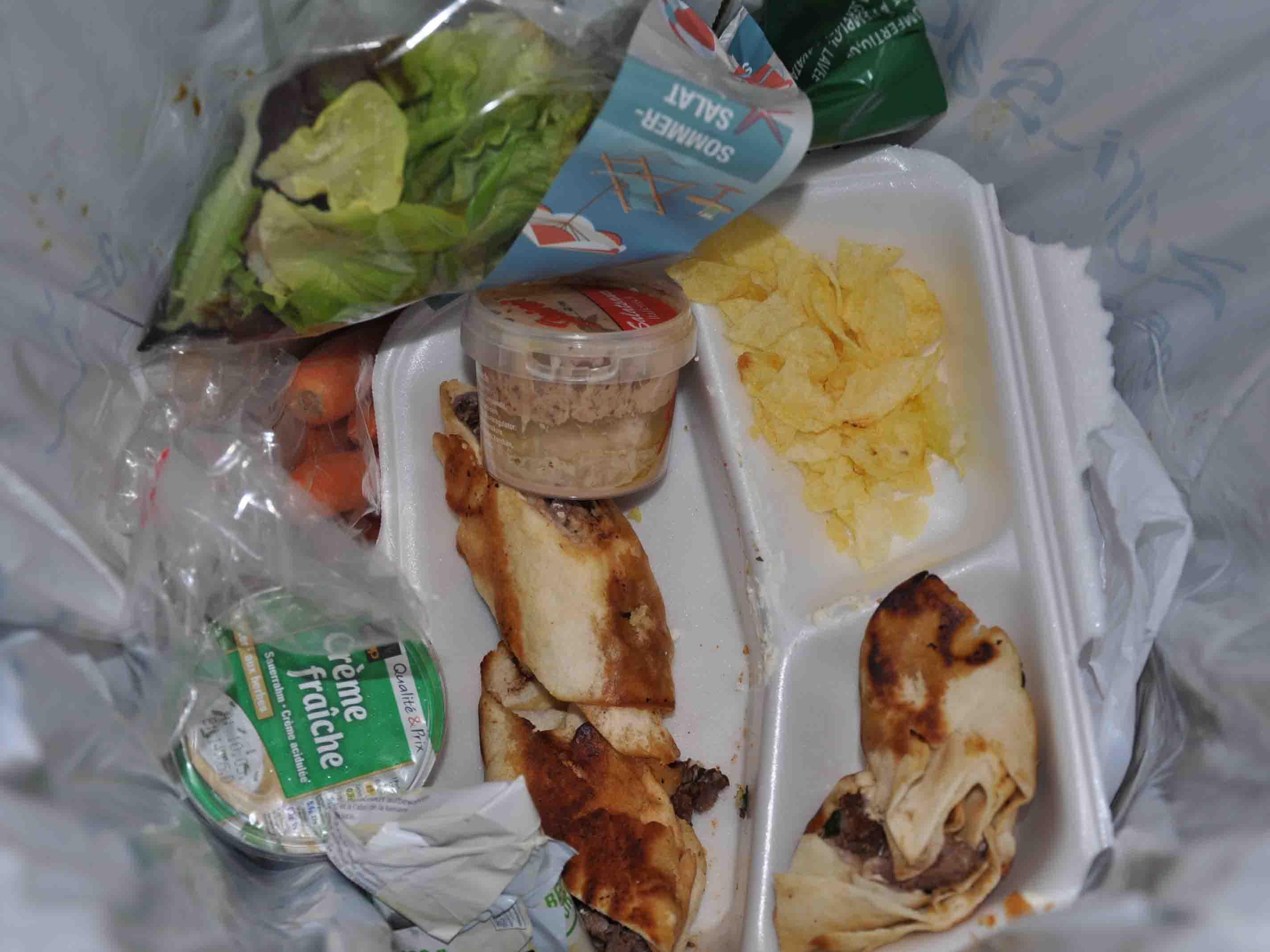 Keine Lust mehr, zu viel eingekauft, ungeöffnet abgelaufen – im Schnitt werfen Privathaushalte über 300 Gramm Lebensmittel pro Tag weg.