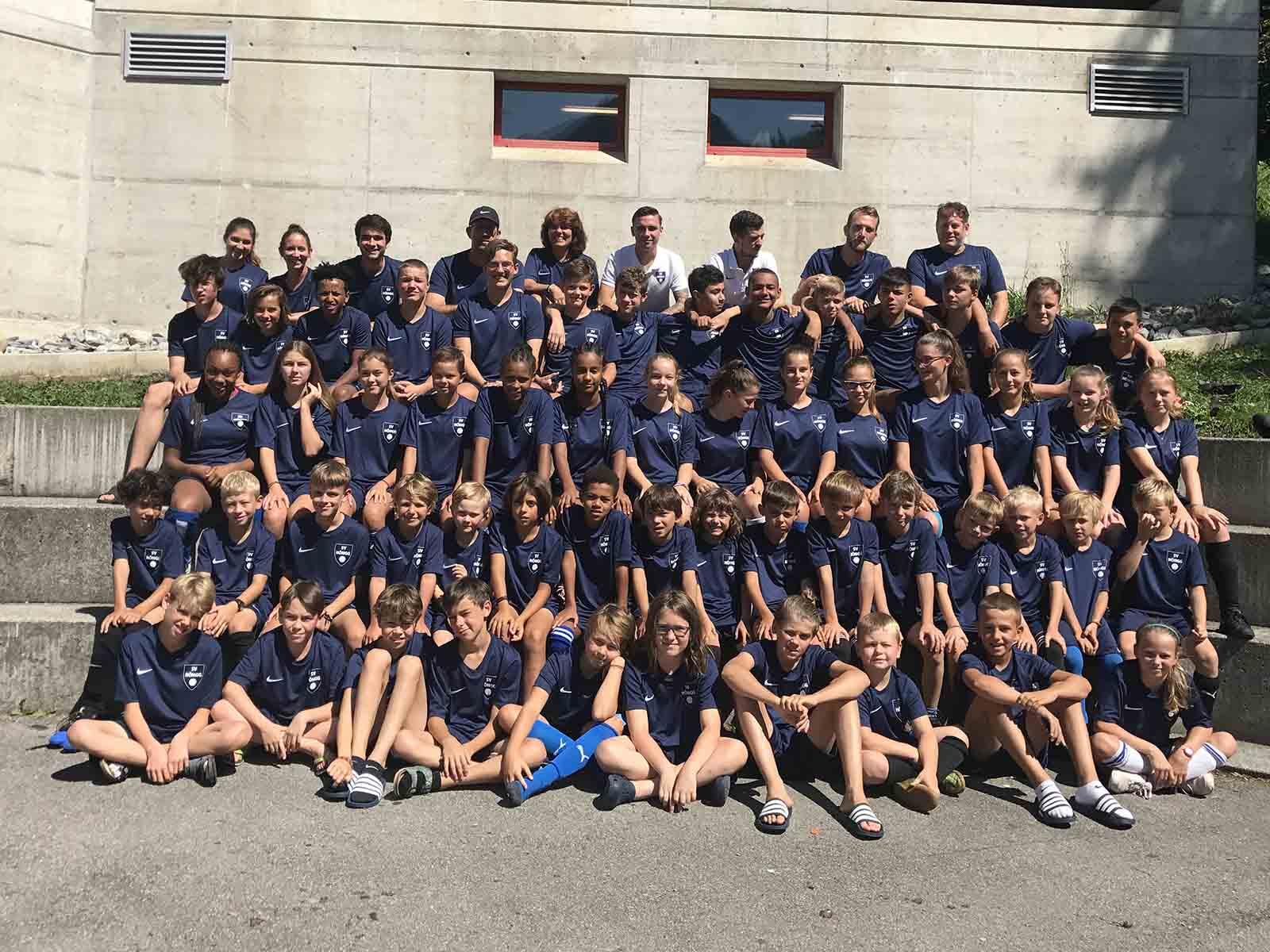 Die Juniorinnen und Junioren des SV Höngg vor ihrem neuen Lagerort in Lenk.
