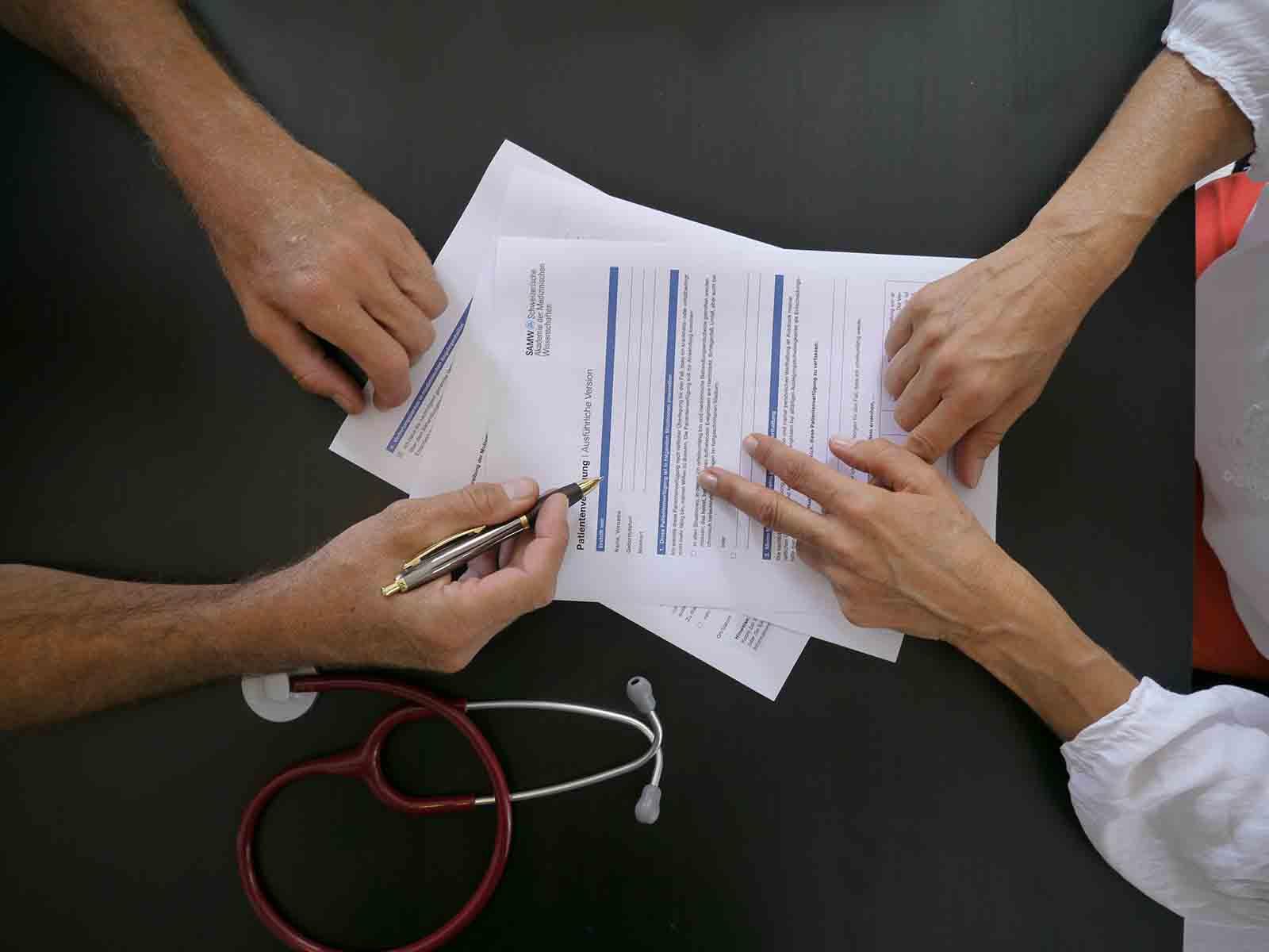 Die Patientenverfügung auch mit der Hausärztin oder dem Hausarzt zu besprechen, ist ratsam.