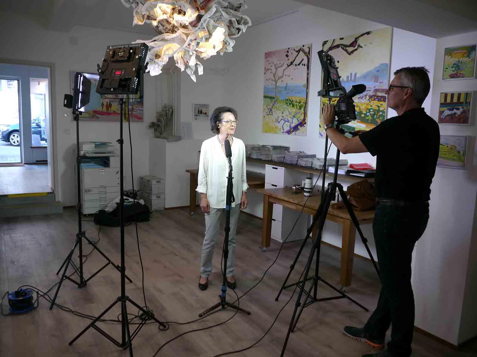 Filmstudio in der Redaktion des «Hönggers»: Christian Mossner, Vizepräsident der Stiftung Höngger Quartierzeitung, filmt und coacht die Präsidentin Franziska Lang.
