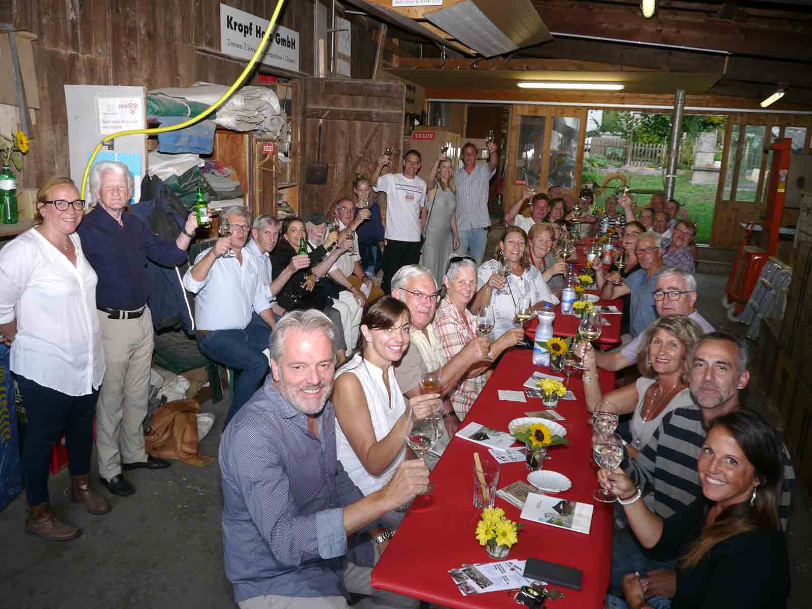 Anstossen unter Nachbarn und HGH-Mitgliedern auf 70 Jahre Kropf Holz GmbH.
