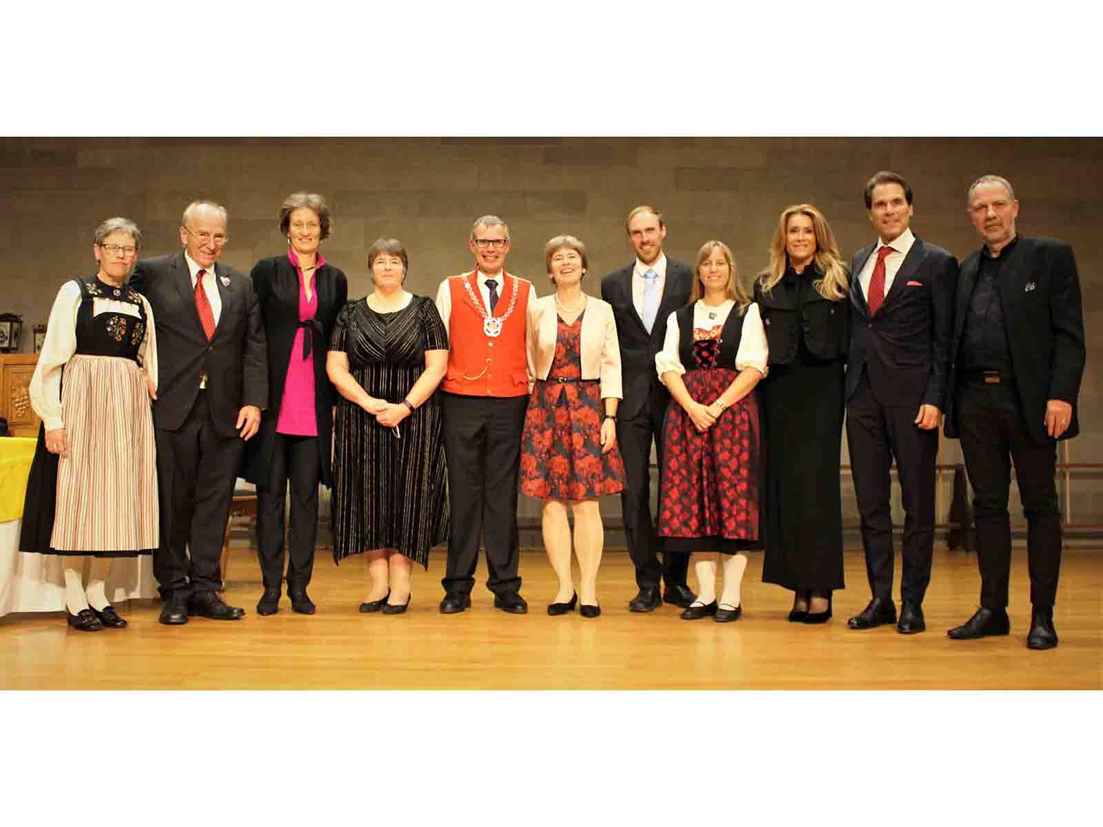 (v.l.n.r.): Barbara und Dr. Jürg Stüssi-Lauterburg (Constaffelherr); Prof. Sarah M. Springman (Rektorin ETH Zürich) und Dr. Rosie Mayglothling; Zunftmeister Walter Zweifel mit Annemarie Diehl, Thomas Rodemeyer und Nicole Meier (Musicalprojekt Zürich 10); Dr. Andreas und Clarissa Zehnder (Constaffelschreiber); Prof. Detlef Günther (ETH Zürich, Vizepräsident Forschung & Wirtschaftsbeziehungen).