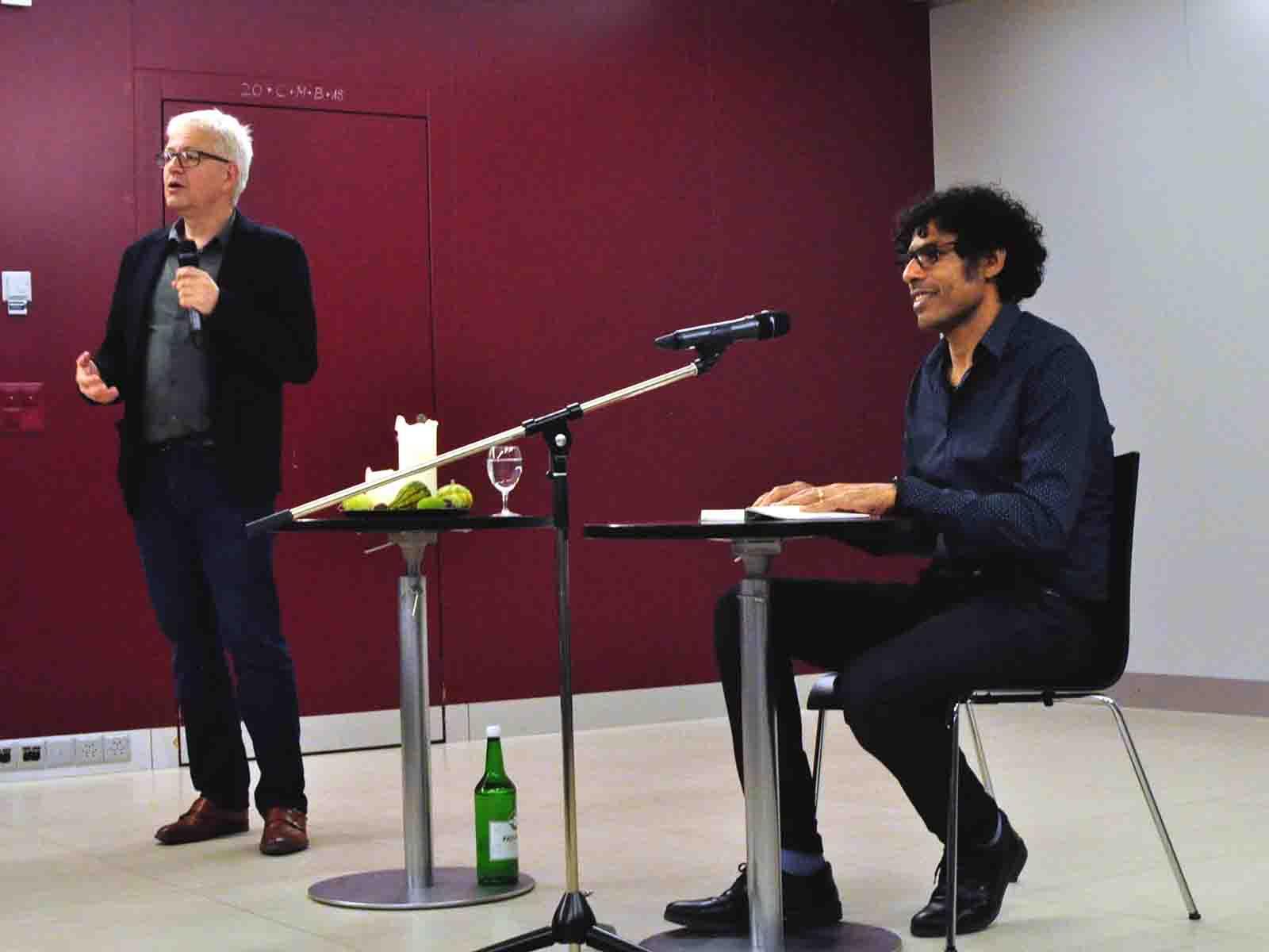 Pastoralassistent Matthias Braun stellt den Autor Usama Al Shahmani vor.