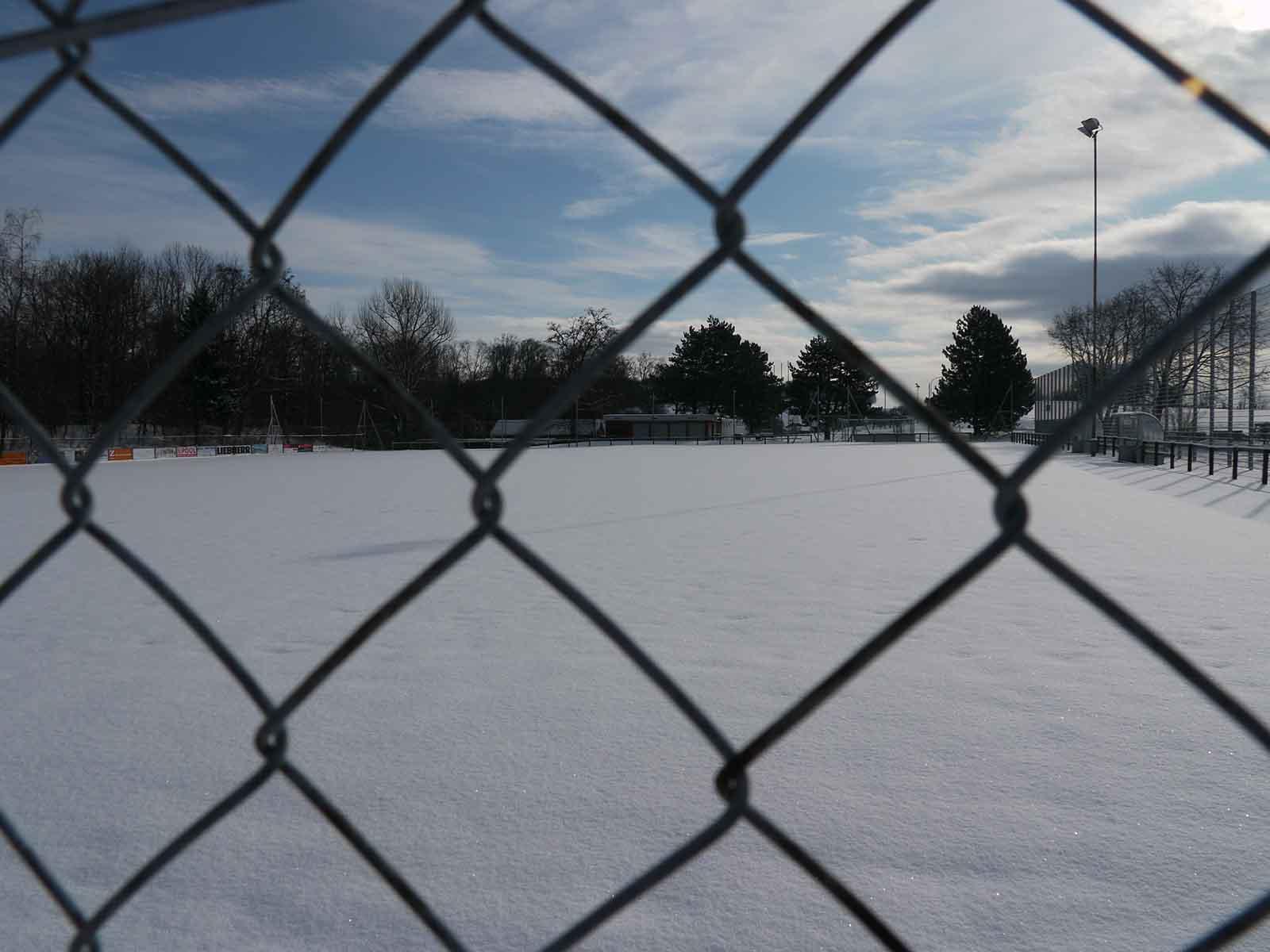 Fussballfeld Hönggerberg im Winter.