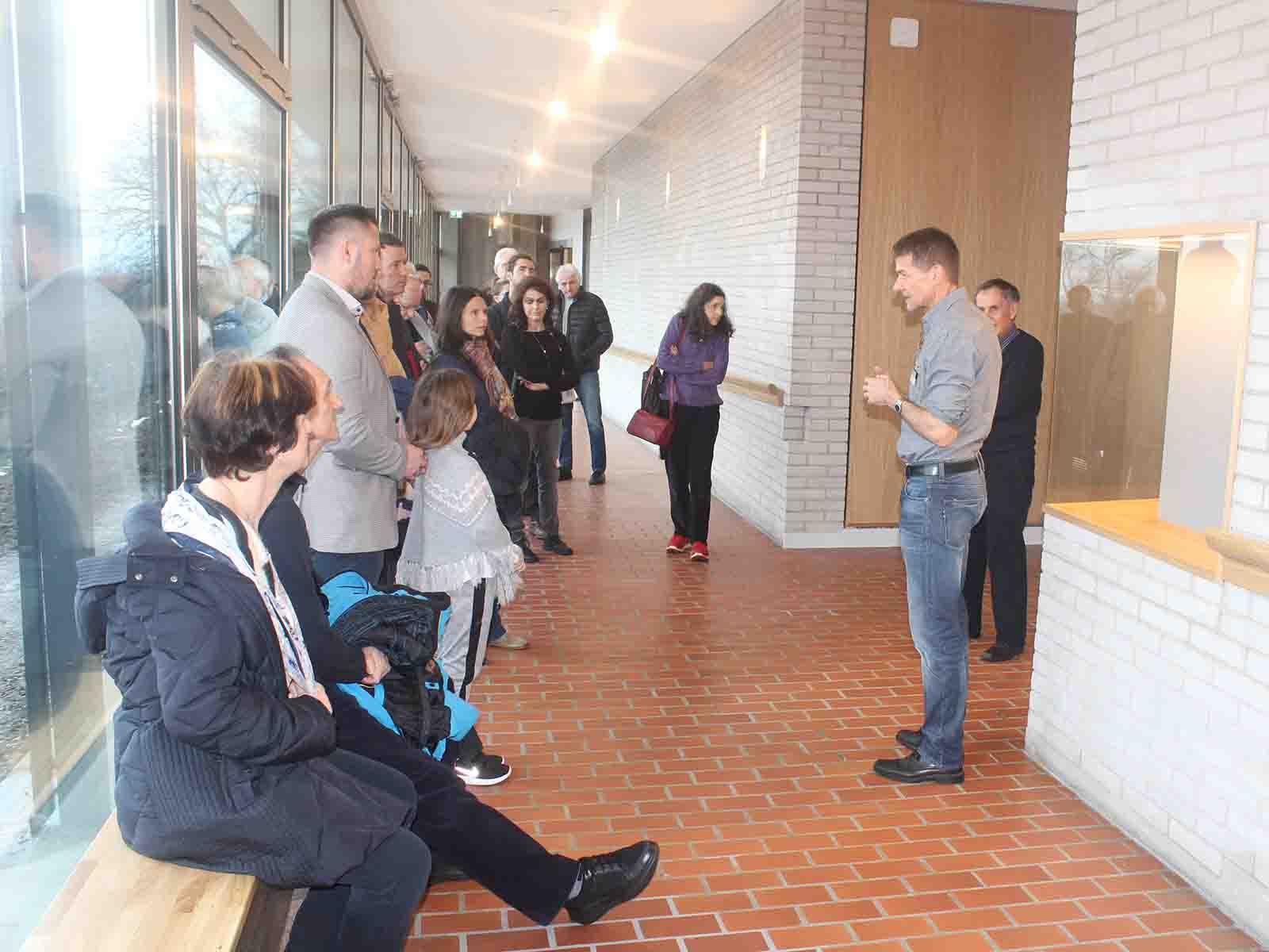Urs Leu präsentiert dem Publikum die Wandelhalle.