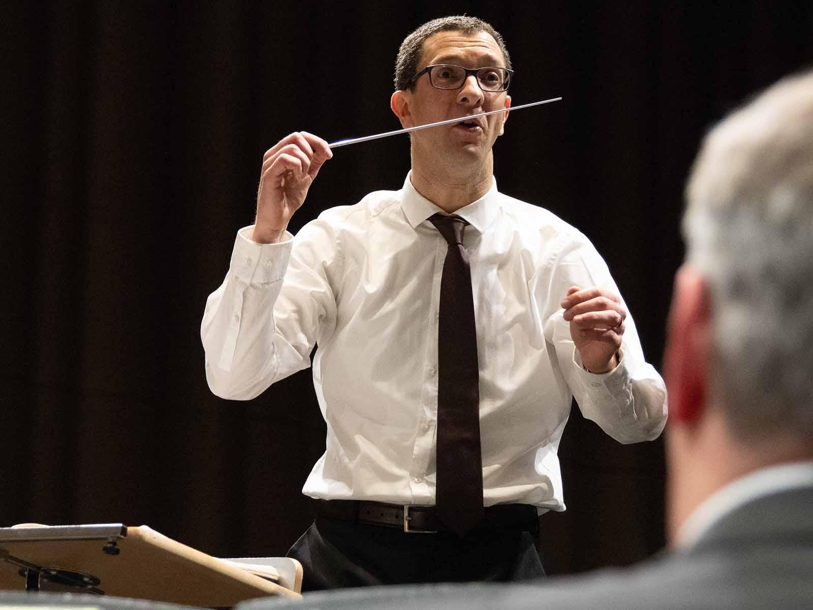 Dirigent Bernhard Meier gibt vollen Körpereinsatz.