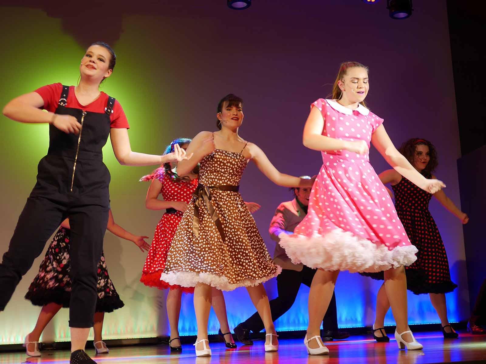 Die Figuren verbindet trotz unterschiedlicher Herkunft und Kleidung etwas: Die Freude am Tanzen.