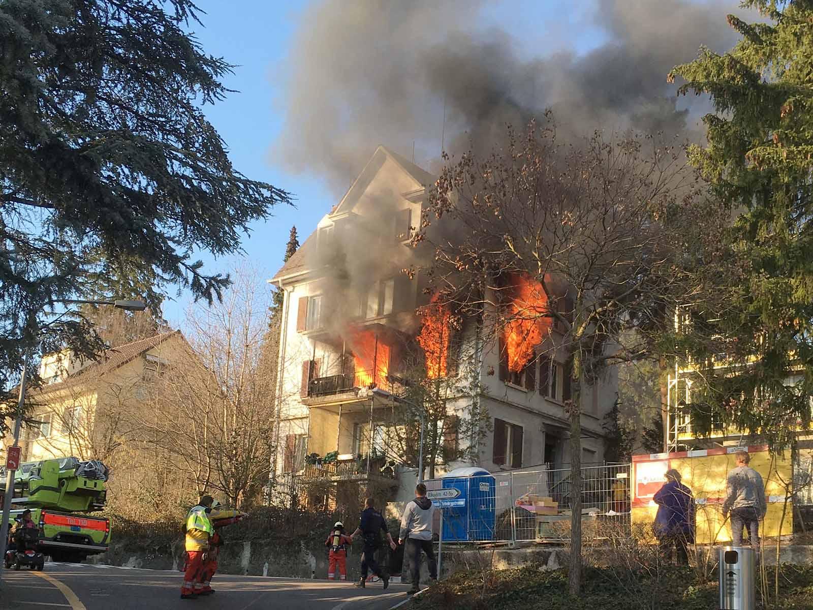 Brand an der Bauherrenstrasse. Eine Person wurde leicht verletzt.