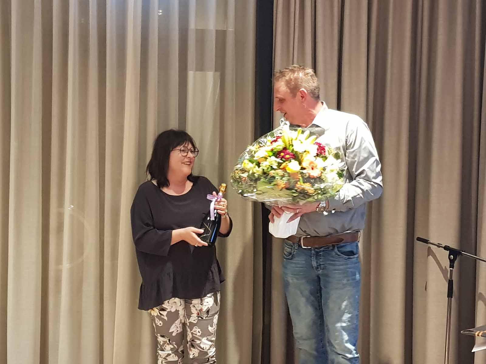Zum Abschied im Rampenlicht: Daniela Züst erhält nach 14 Jahren im Vorstand verdiente Geschenke und Dankesworte.