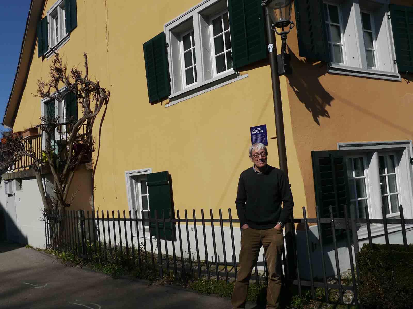 Architekt Marcel Knörr vor seinem denkmalgeschützten Haus an der Limmattalstrasse 209.