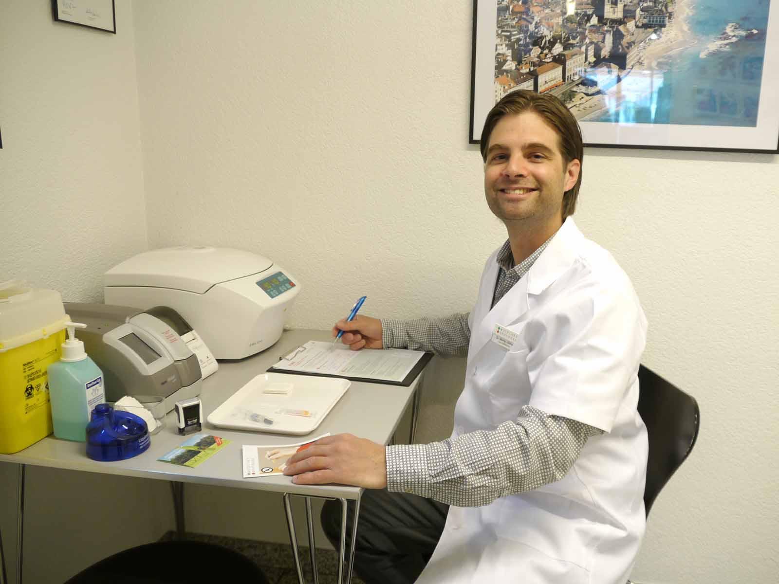 Apotheker Moritz Jüttner bereitet in der Limmat-Apotheke eine Impfung vor.