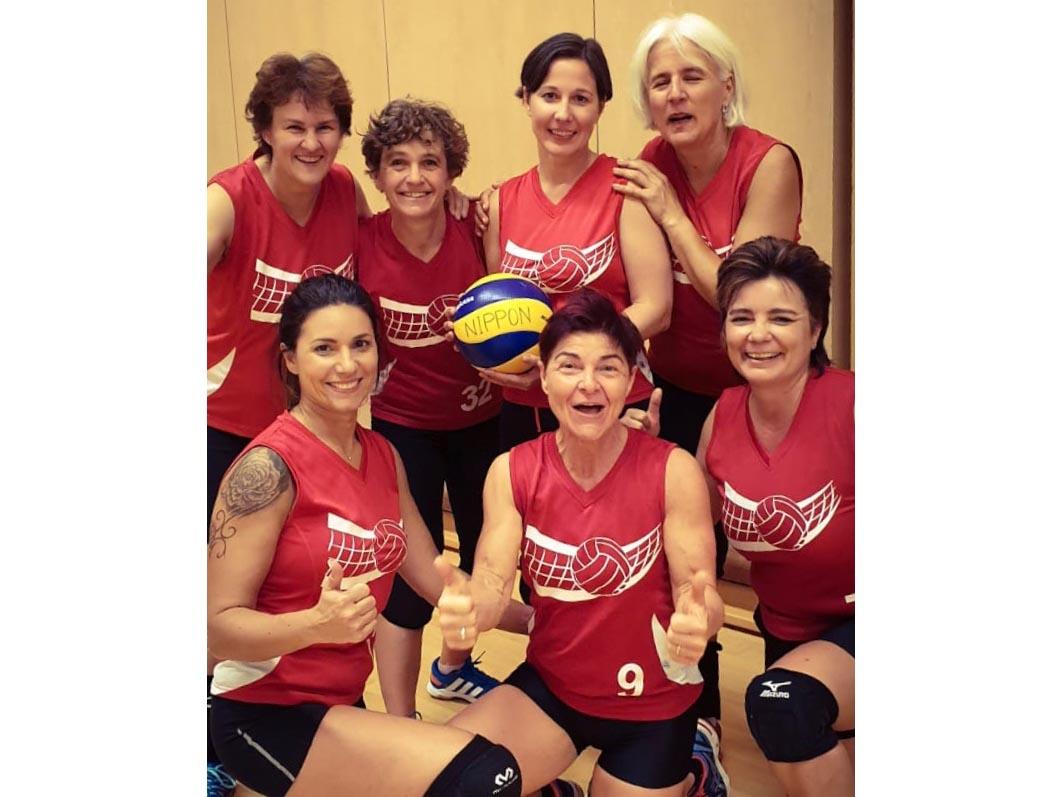 Das Team von Volley Höngg freut sich über den Sieg.