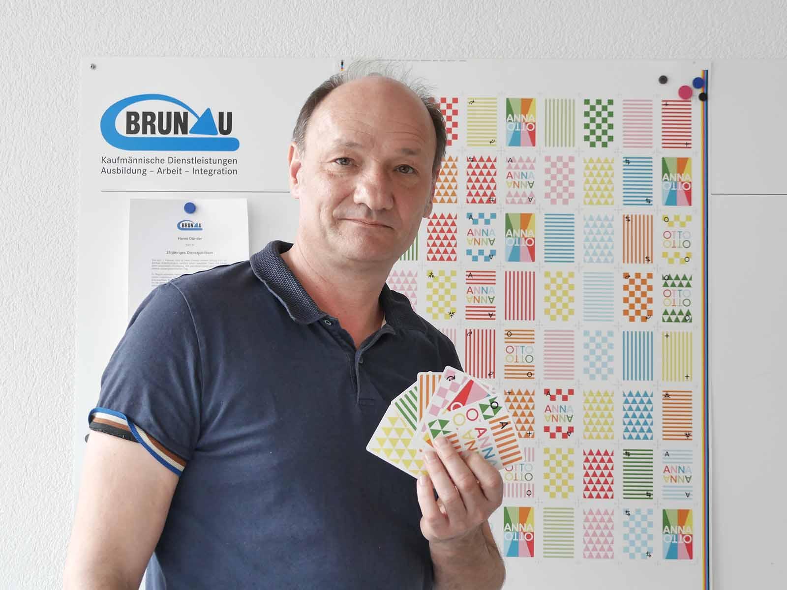 Urs Robustelli mit seiner Eigenkreation, dem Kartenspiel ANNAOTTO.