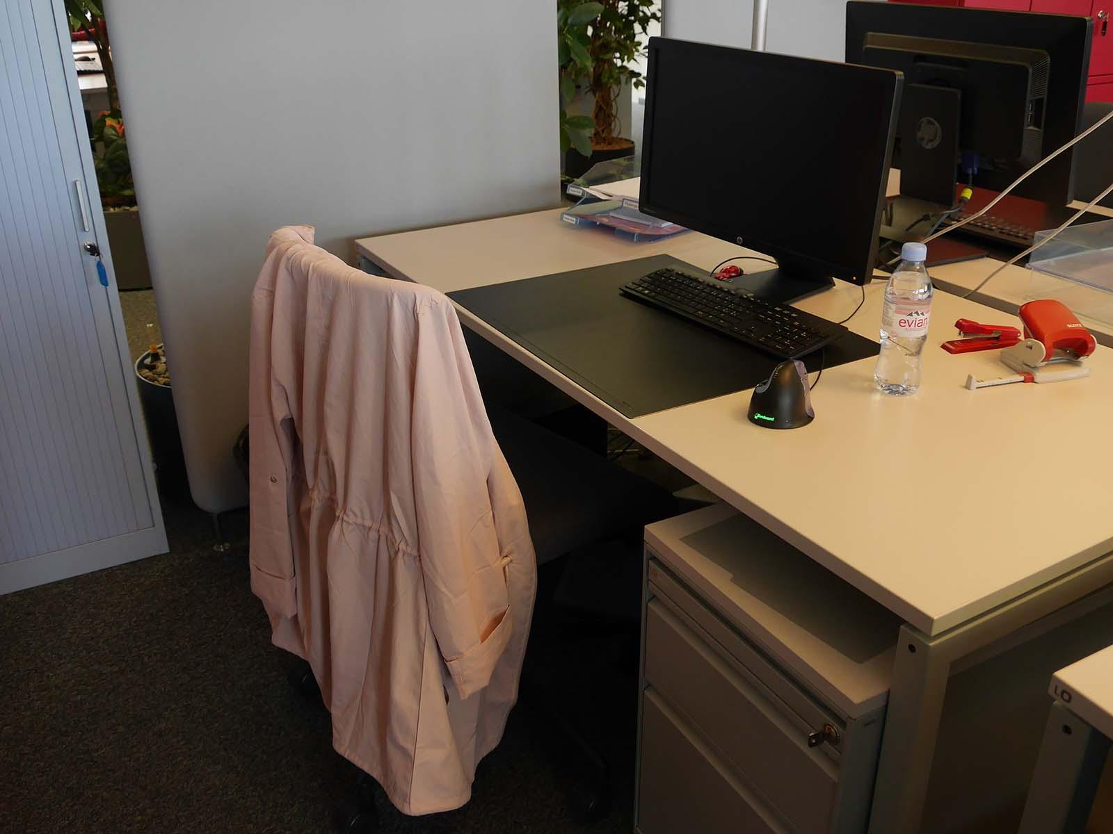 Von der speziellen Maus abgesehen sieht der Arbeitsplatz von A.B. aus wie jeder andere.