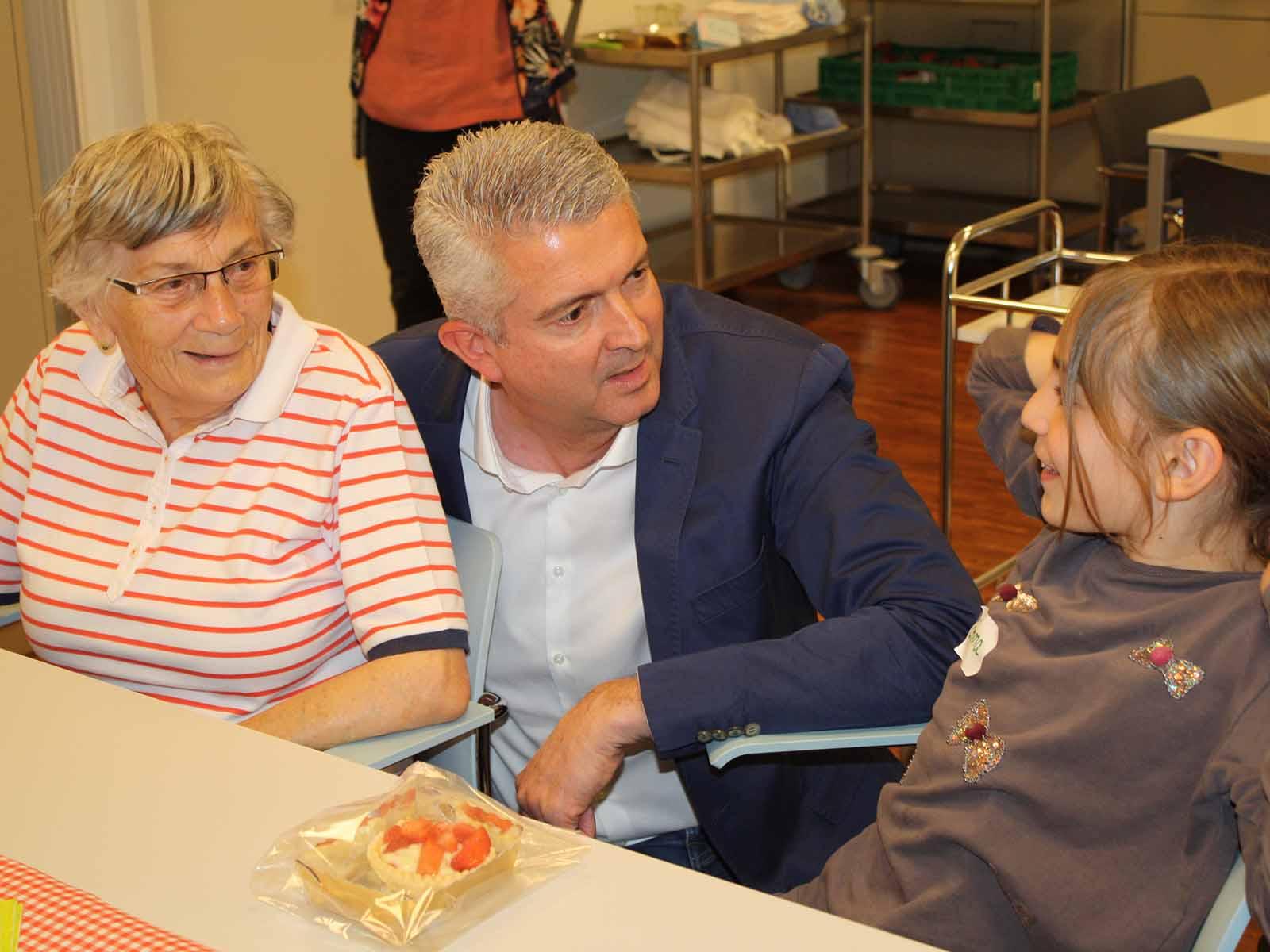 Vergnügte Gespräche zwischen den Generationen im Alters- und Pflegeheim Riedhof.