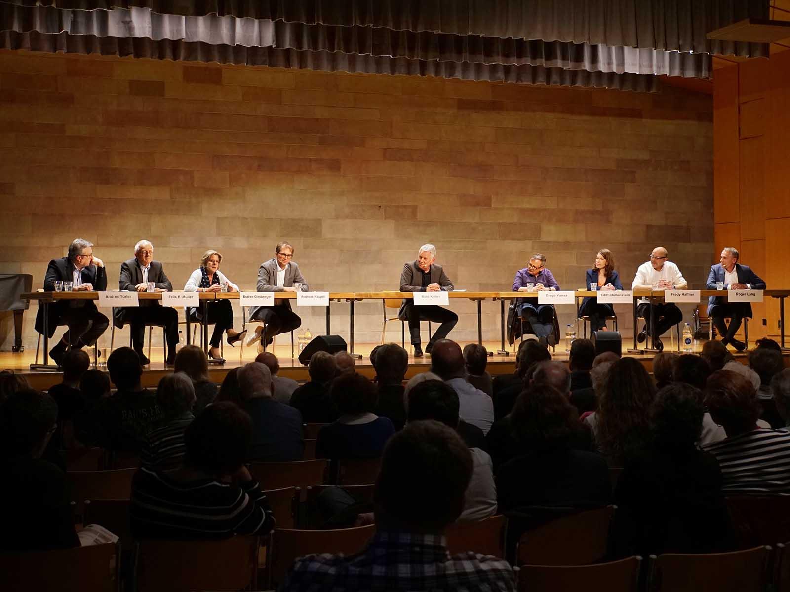 Die Podiumsgäste diskutierten engagiert über die Zukunft der Printmedien, Patentlösungen gab es aber keine.
