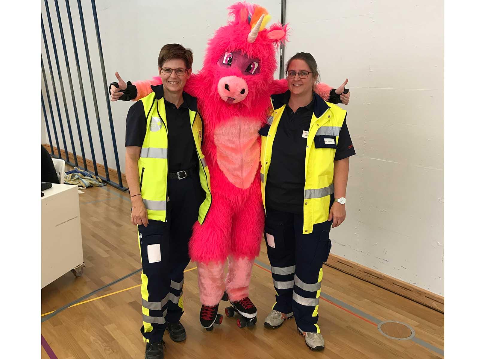 Zwei Höngger Samariterinnen mit dem Maskottchen beim diesjährigen Rollerderby.