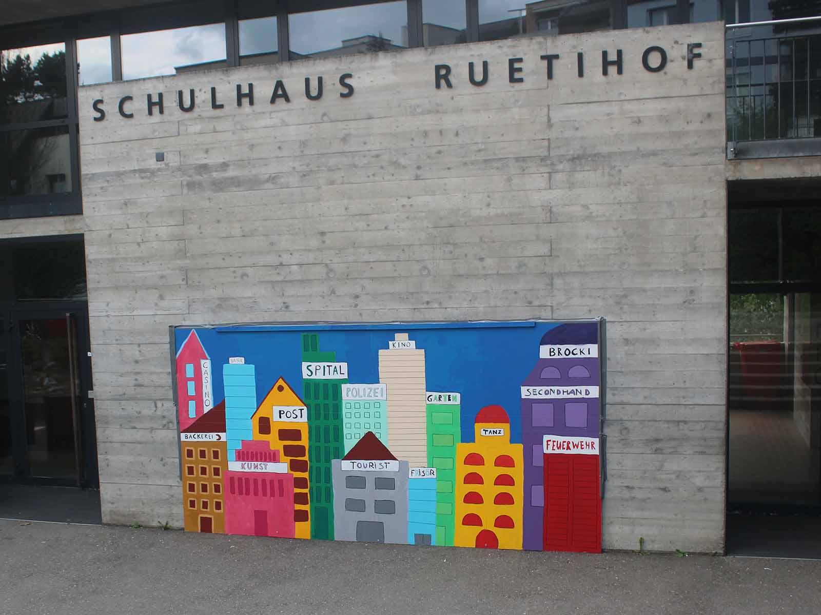 Eine farbenfrohe Stadt ist auf dem Gelände des Schulhauses Rütihof entstanden.