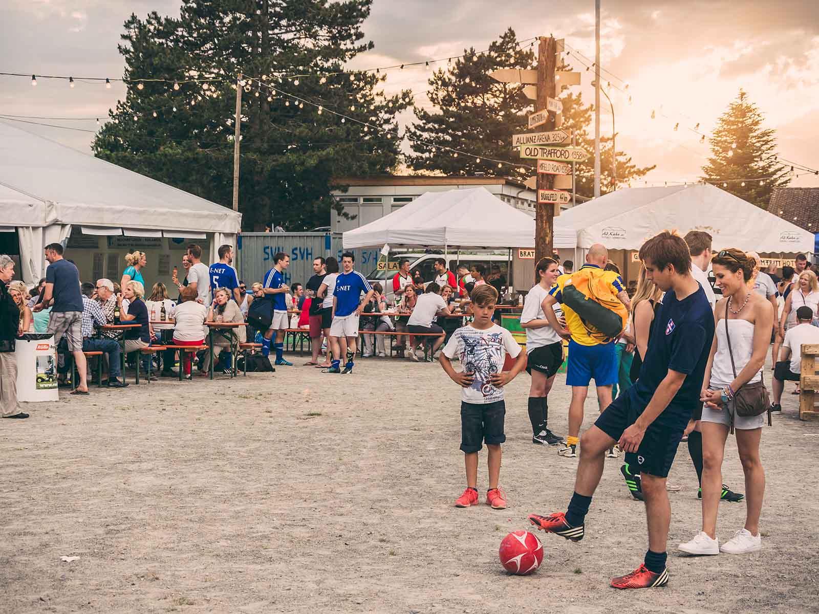 Das Fussballfest zieht Jung und Alt an.