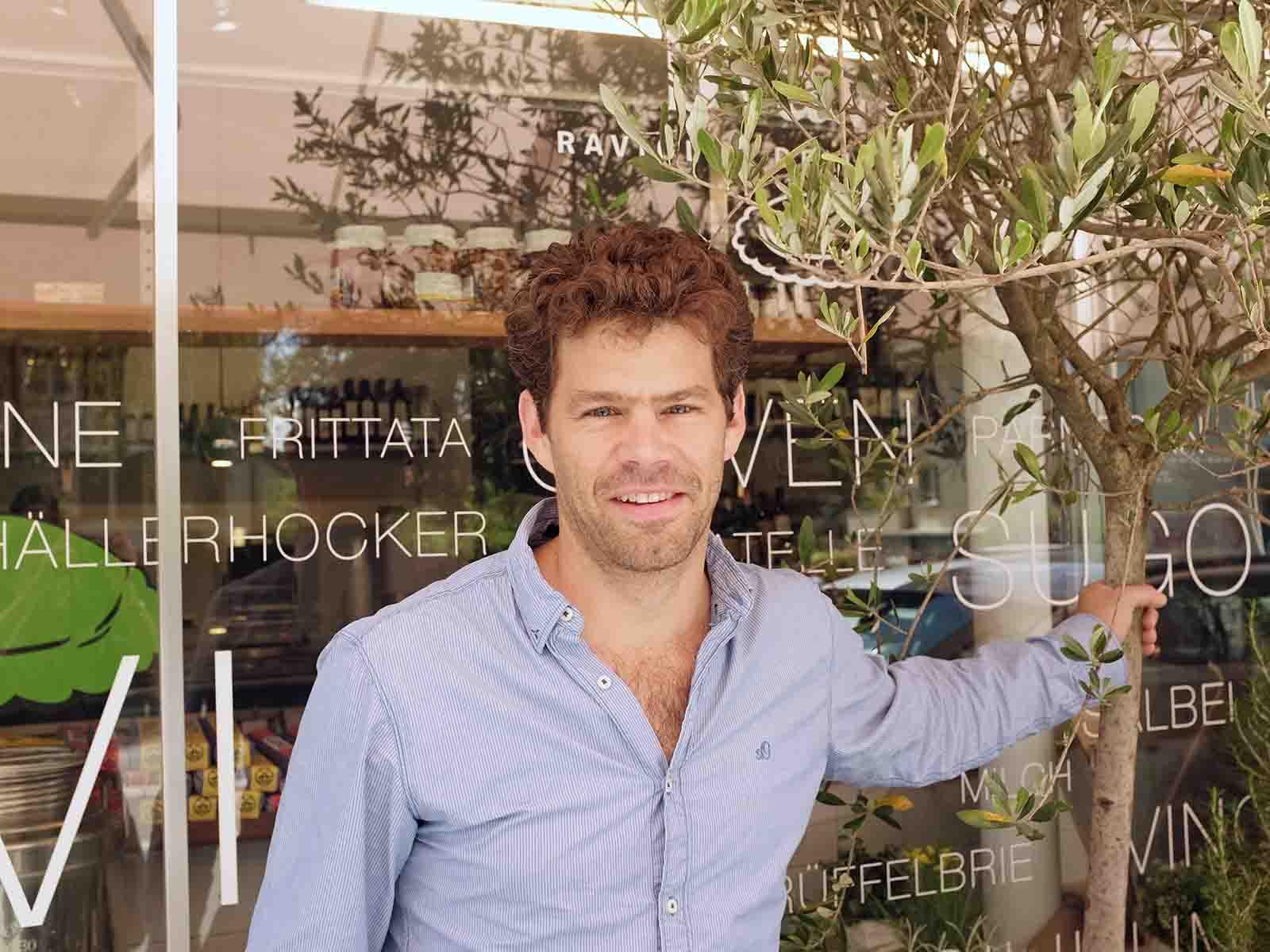 «Ravioli, Delikatessen und Kinder» – Samuel Binkert vor dem «Bravo»-Ladenlokal.