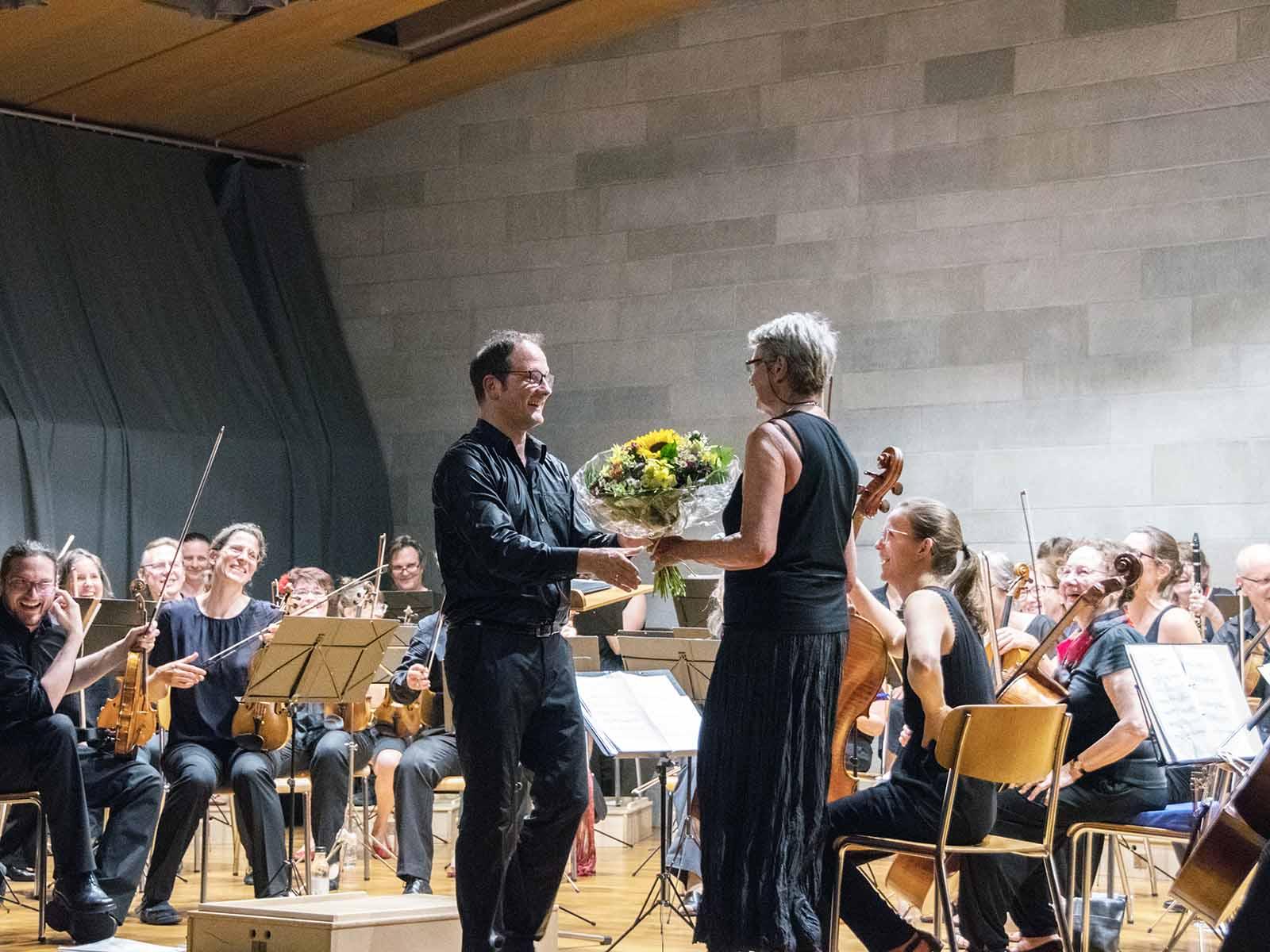 Blumen für Emanuel Rütsche von «seinem» Orchester als Anerkennung für die grossartige Leistung und den gemeinsamen Erfolg.