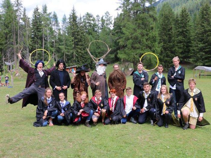 Lehrer und Schüler von Hogwarts.