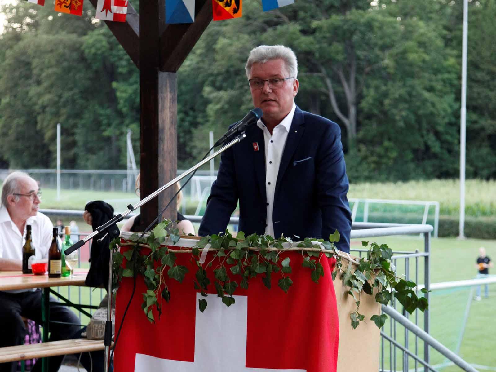 Martin Farner hält die Fest-Rede und preist die Schweiz.
