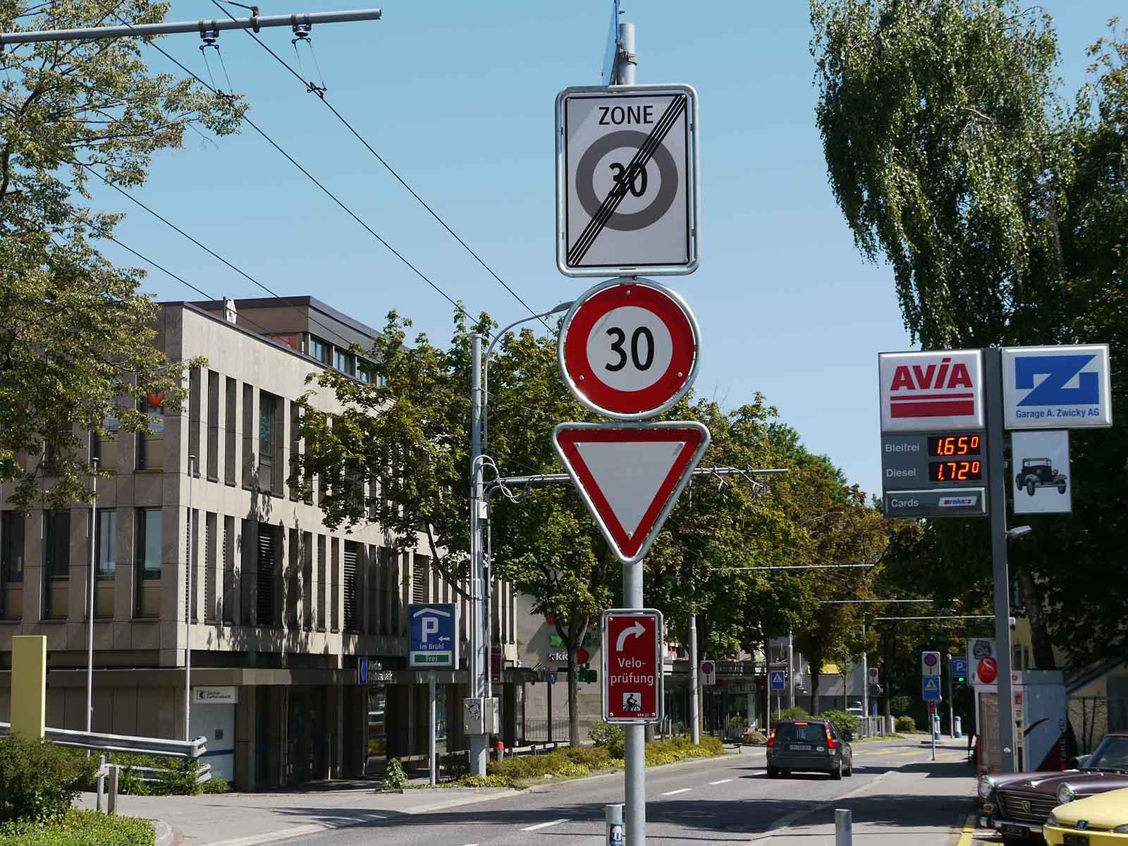 Sorgt für Verwirrung: Ende der «Tempo-30-Zone», Beginn der «Tempo-30-Strecke», verkehrsrechtlich ein Unterschied, für die Verkehrsteilnehmer*innen nicht: 30 bleibt 30.