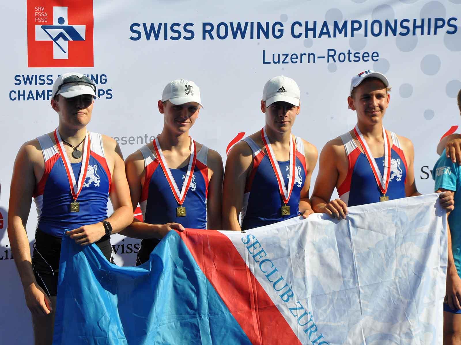 Tim Manka (zweiter von links) wurde mit seinem Team Schweizer Meister im Doppelvierer.