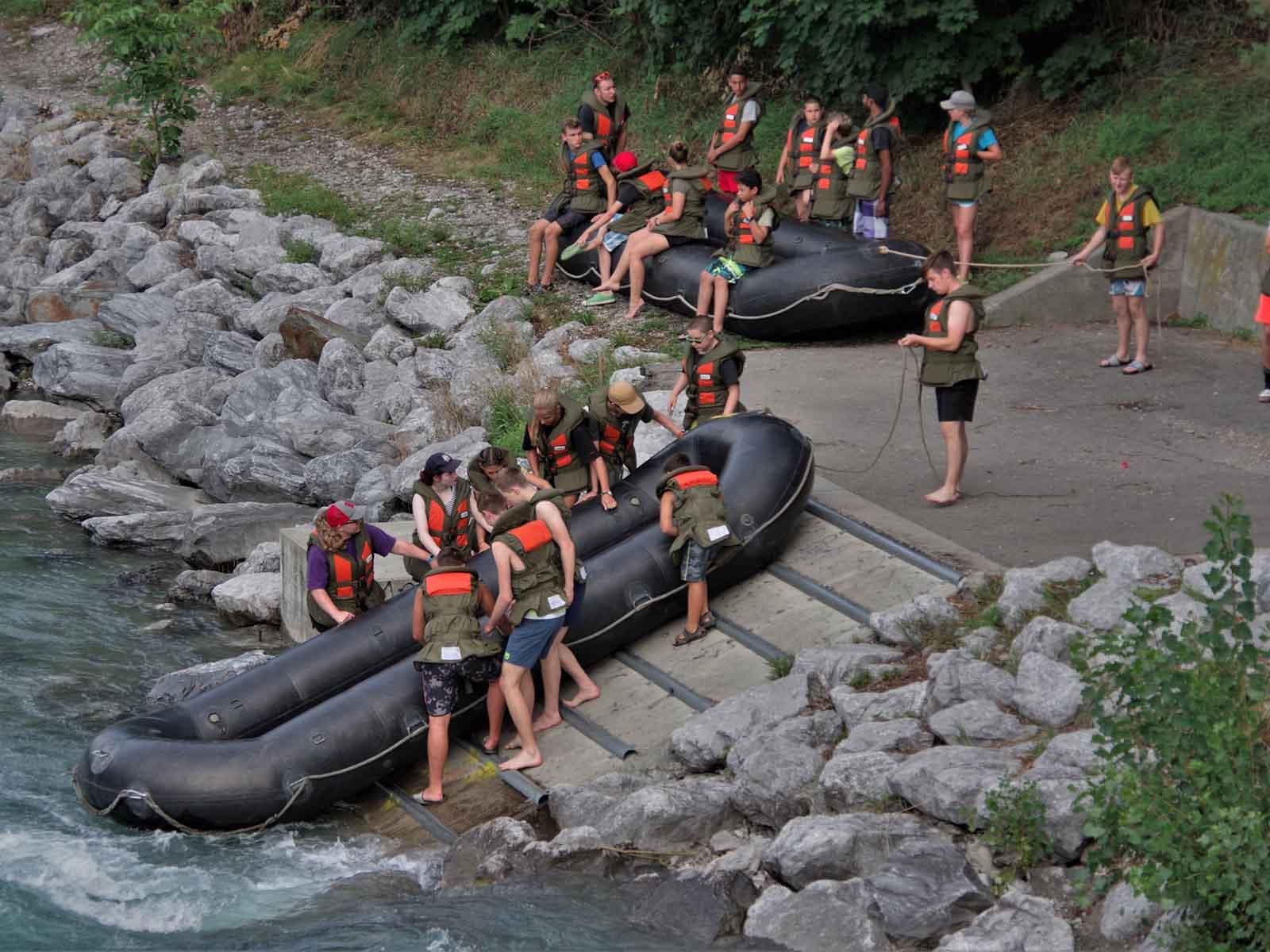Aare-Talfahrt nach Bern: Ab ins kühle Nass mit den Schlauchbooten.