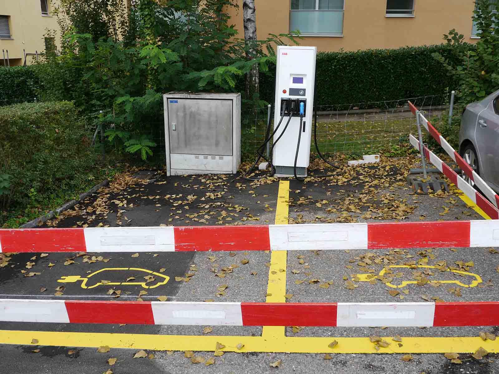 Noch stehen die Abschrankungen, doch bald können hier Elektrofahrzeuge geladen werden.