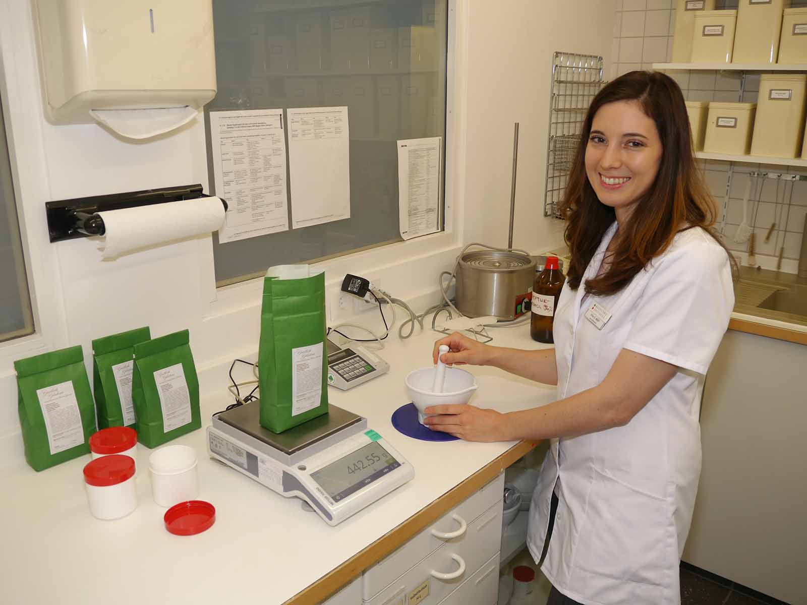 Apothekerin Susanne Wolf ist bei der Herstellung von Medikamenten, hier eine Salbe, in ihrem Element.