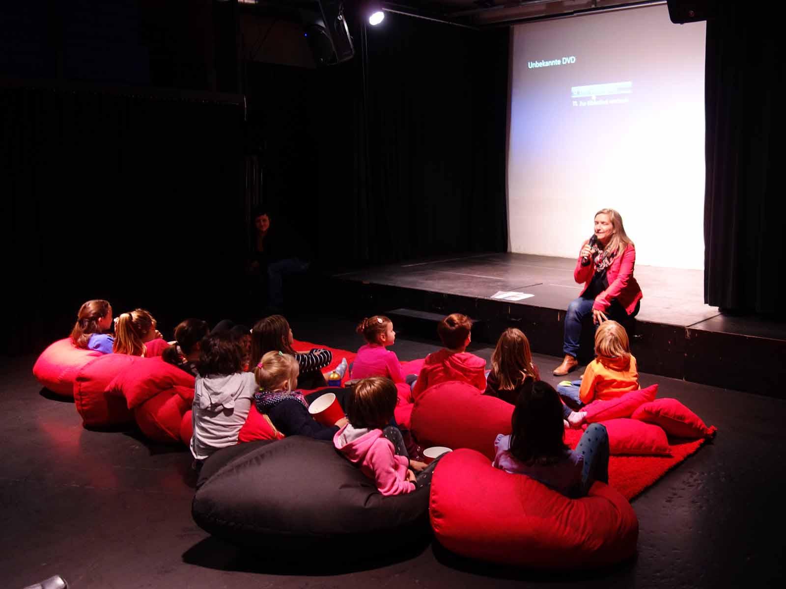 Julia Breddermann führt die Kinder nach der Filmvorführung an einzelne Filmszenen heran.