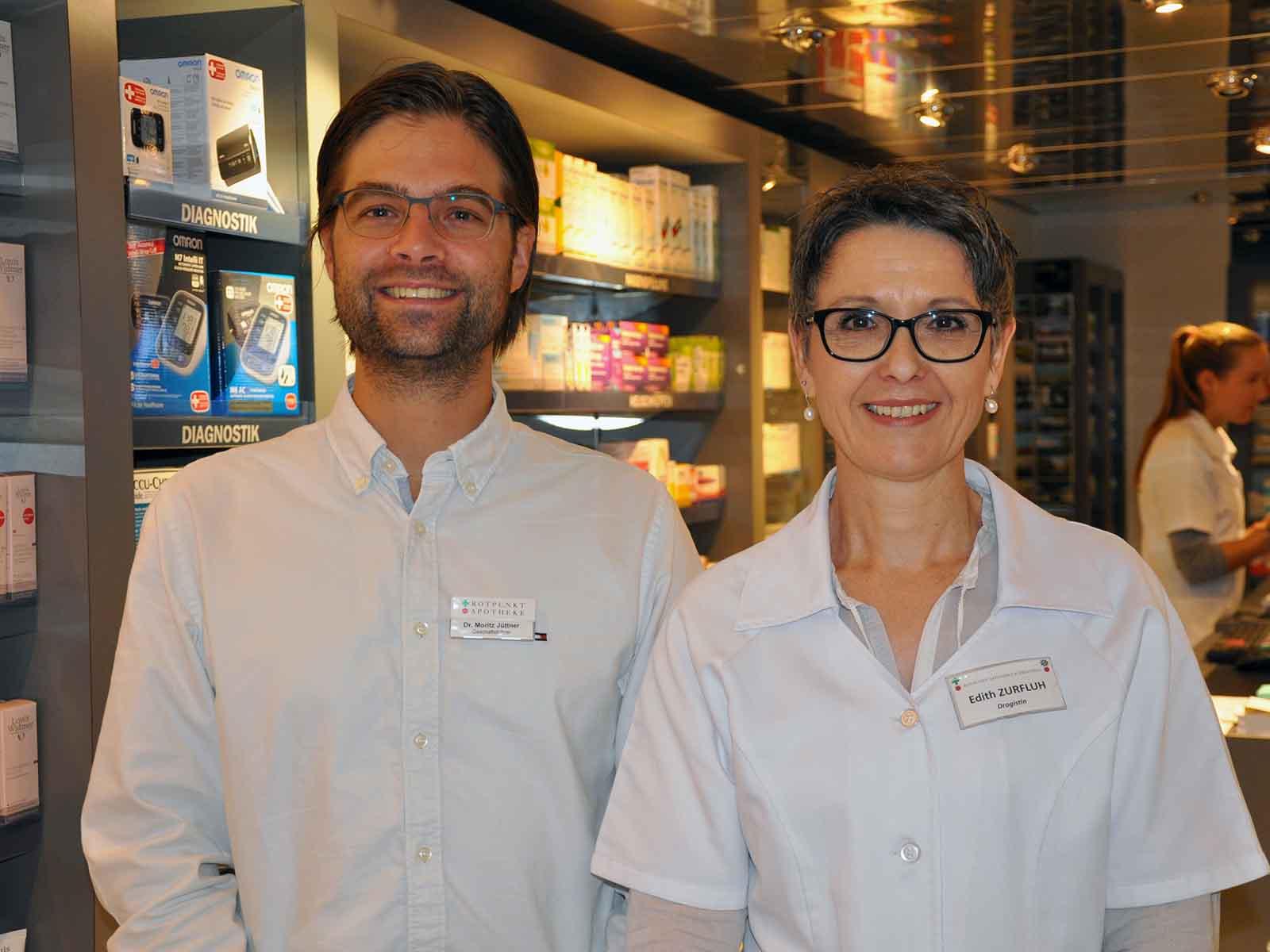 Dr. Moritz Jüttner, Apotheker und Edith Zurfluh, Drogistin, gemeinsam in der Limmatapotheke Höngg
